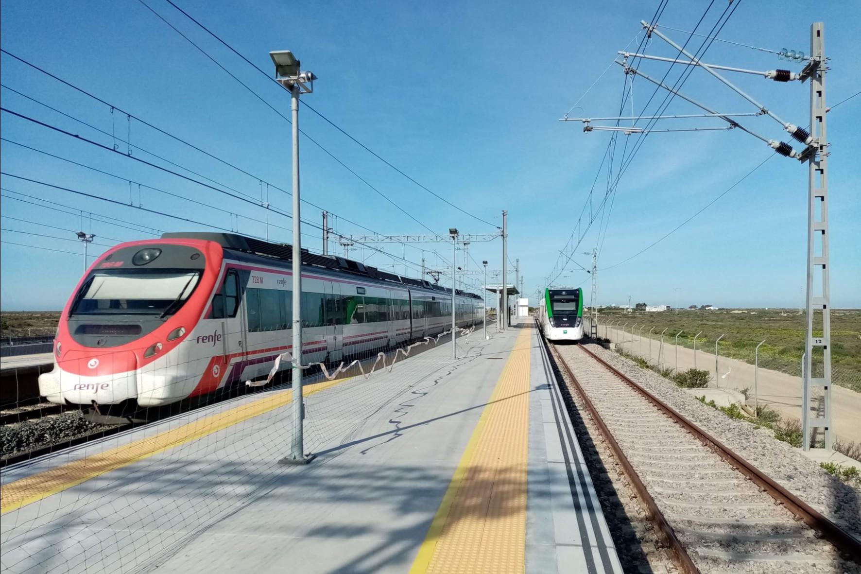 El tranvía llega en pruebas a la parada de Río Arillo.