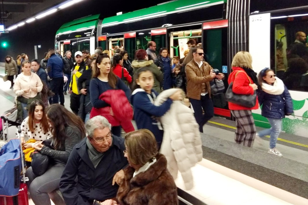 Usuarios en la estación de Recogidas, la de mayor demanda de viajeros.