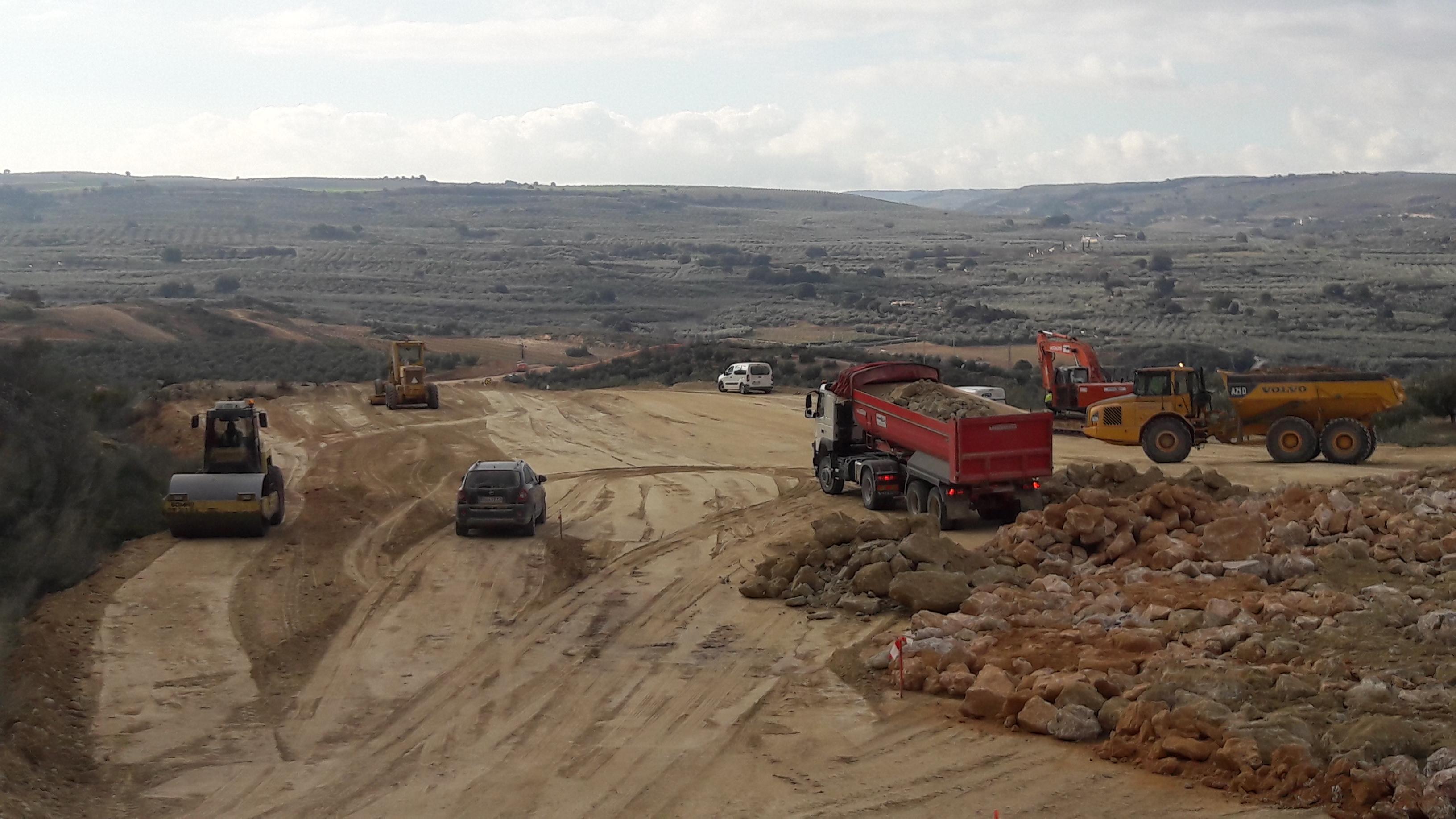 Maquinaria que está llevando a cabo las labores de movimientos de tierras.