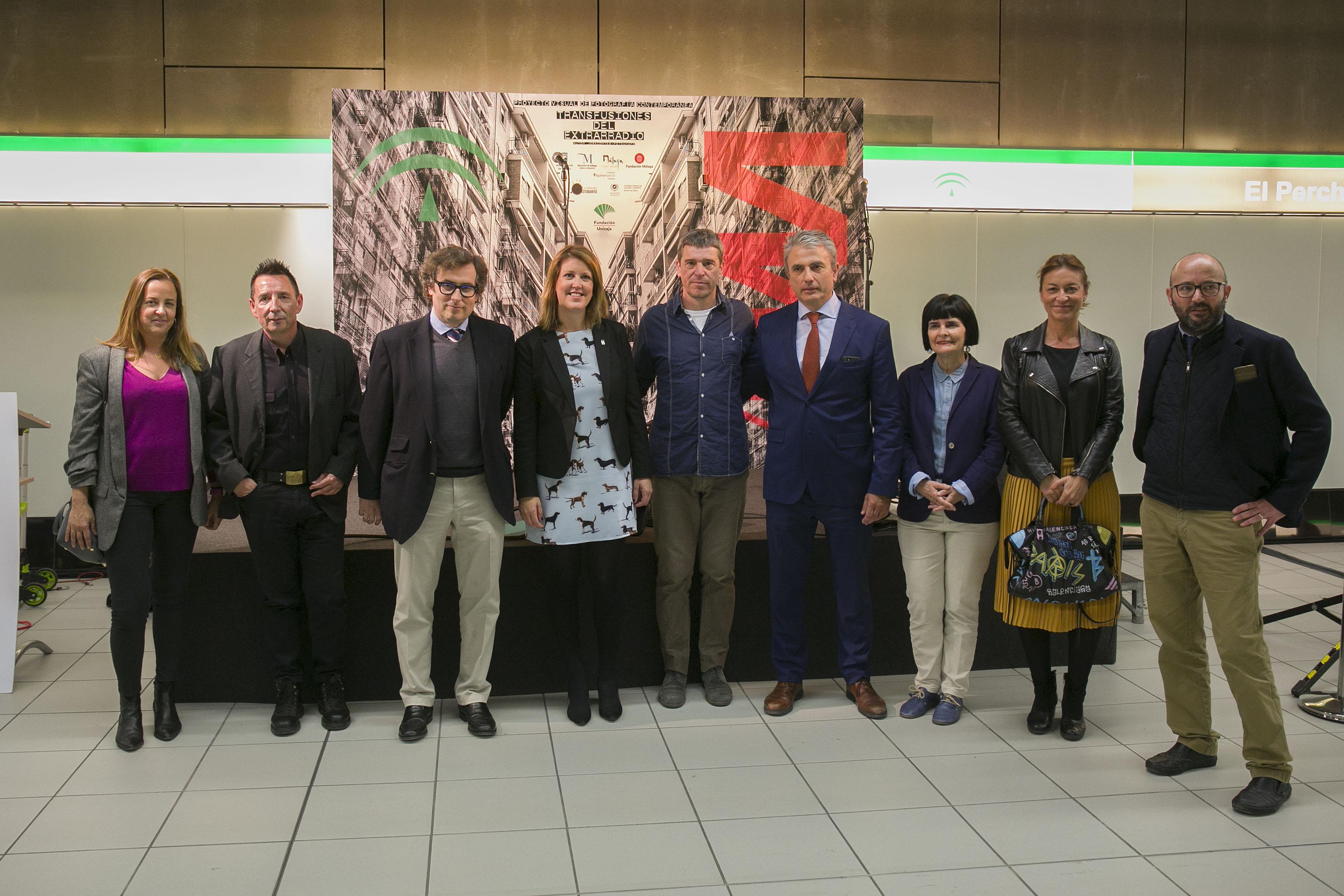 La delegada territorial, Carmen Casero, Julio Caballero, director de AOPJA y Fernando Lozano director de Metro de Málaga han asistido hoy junto a los artistas José Cortés y Javier Ojeda a la inauguración de la Exposición.