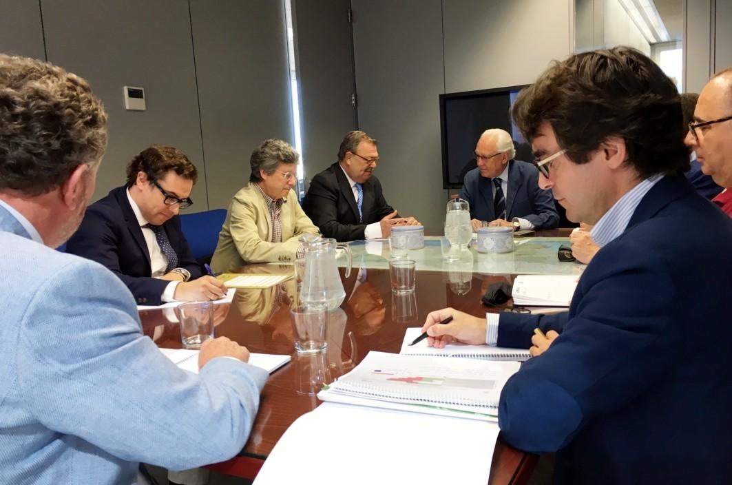 Reunión de los representantes de la Junta de Andalucía con los comerciantes de Alcalá de Guadaíra.