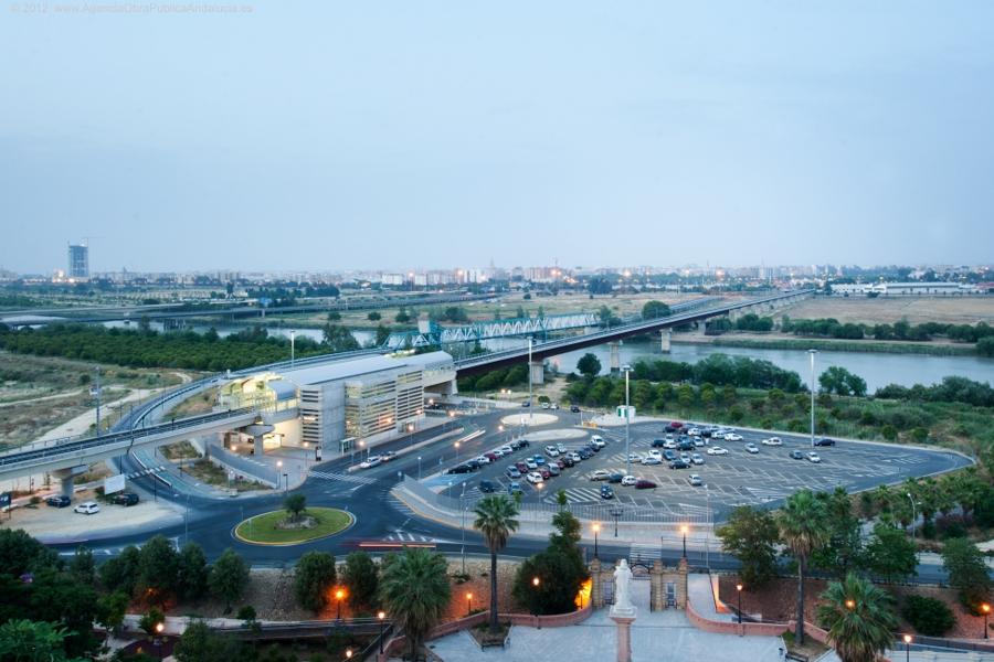 Aspecto del parking disuasorio de San Juan Bajo dos horas antes del cierre del servicio de la Línea 1 del Metro.