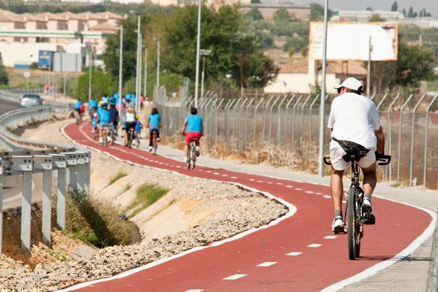 La v�a ciclista de Salteras a Olivares conectar� con la futura traves�a.