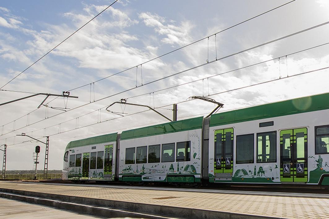Imagen del tren tranvía en el periodo de pruebas móviles.