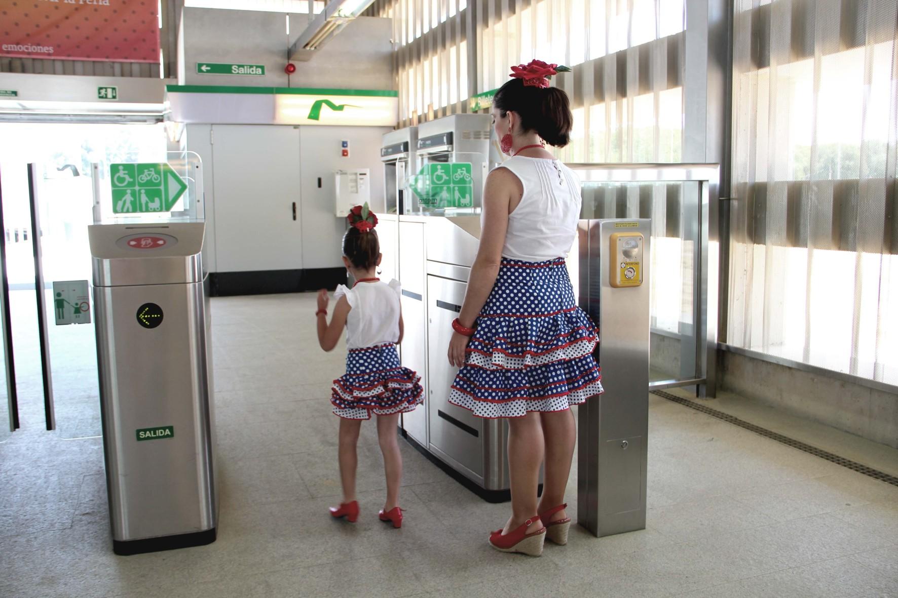 Usuarios del metro de Sevilla van a la Feria.