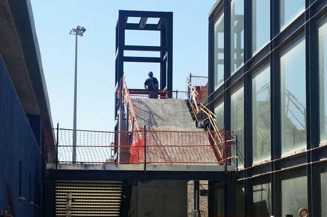 En primer término, las obras de las escaleras que unirán el vestíbulo de Renfe con al estaciónd e autobuses.