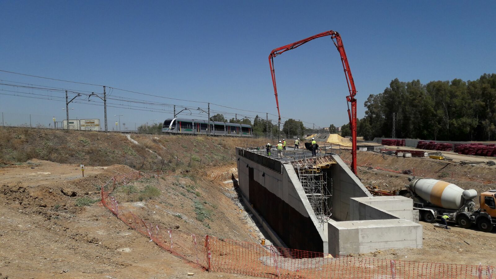 Imagen del cajón hincado para el paso inferior de la ampliación de la Línea 1 hasta Alcalá de Guadaíra.