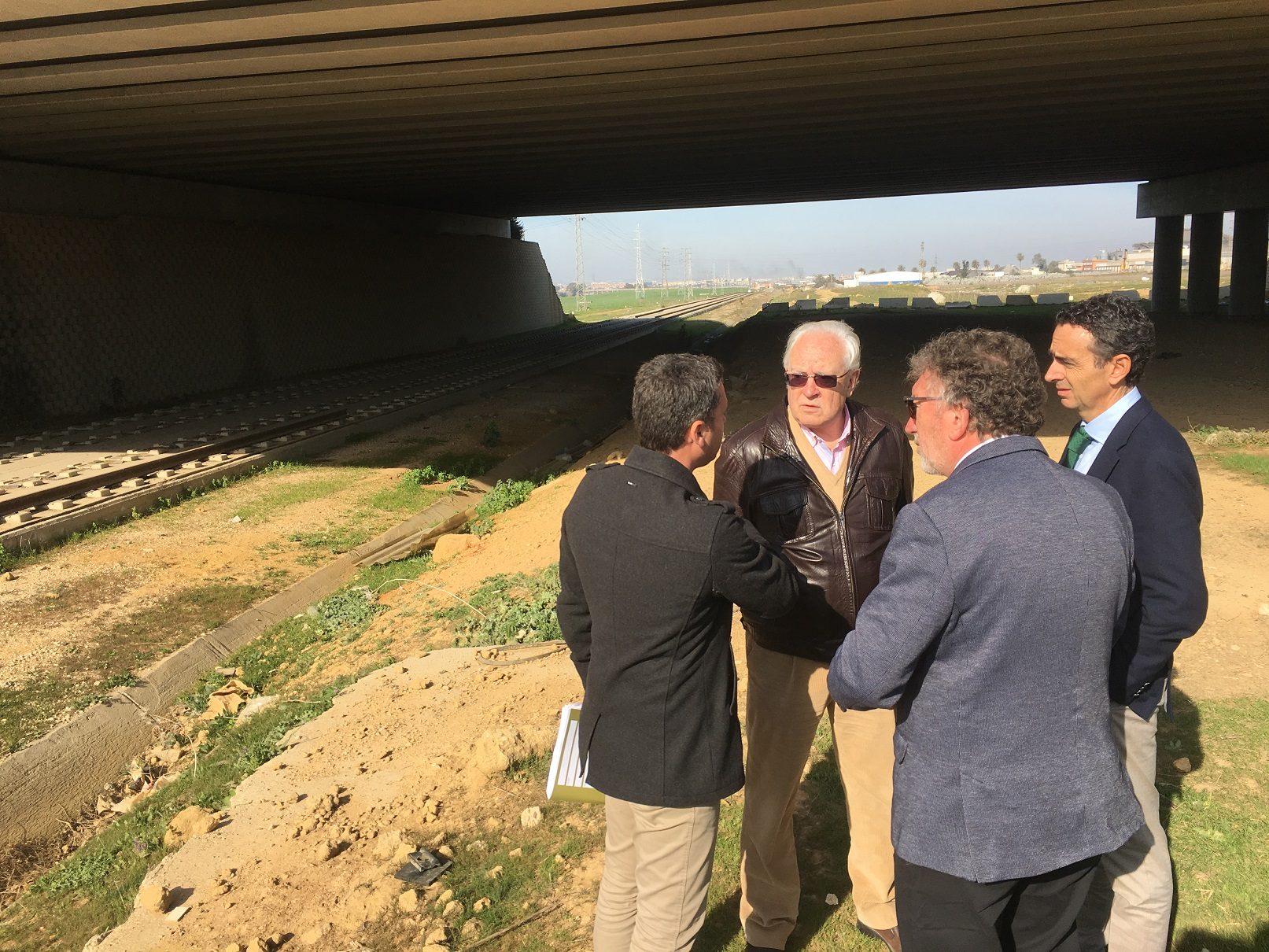 El viceconsejero Raynaud visita las obras del tranvía.