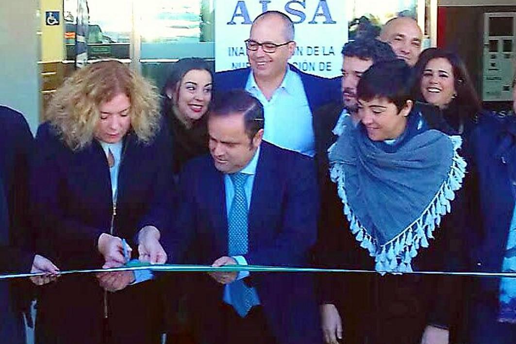 las autoridades inauguran la estación de autobuses de Motril.