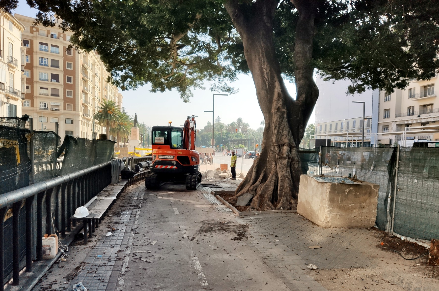 Obras de pavimentación en la Alameda Principal cerca de la calle Larios.