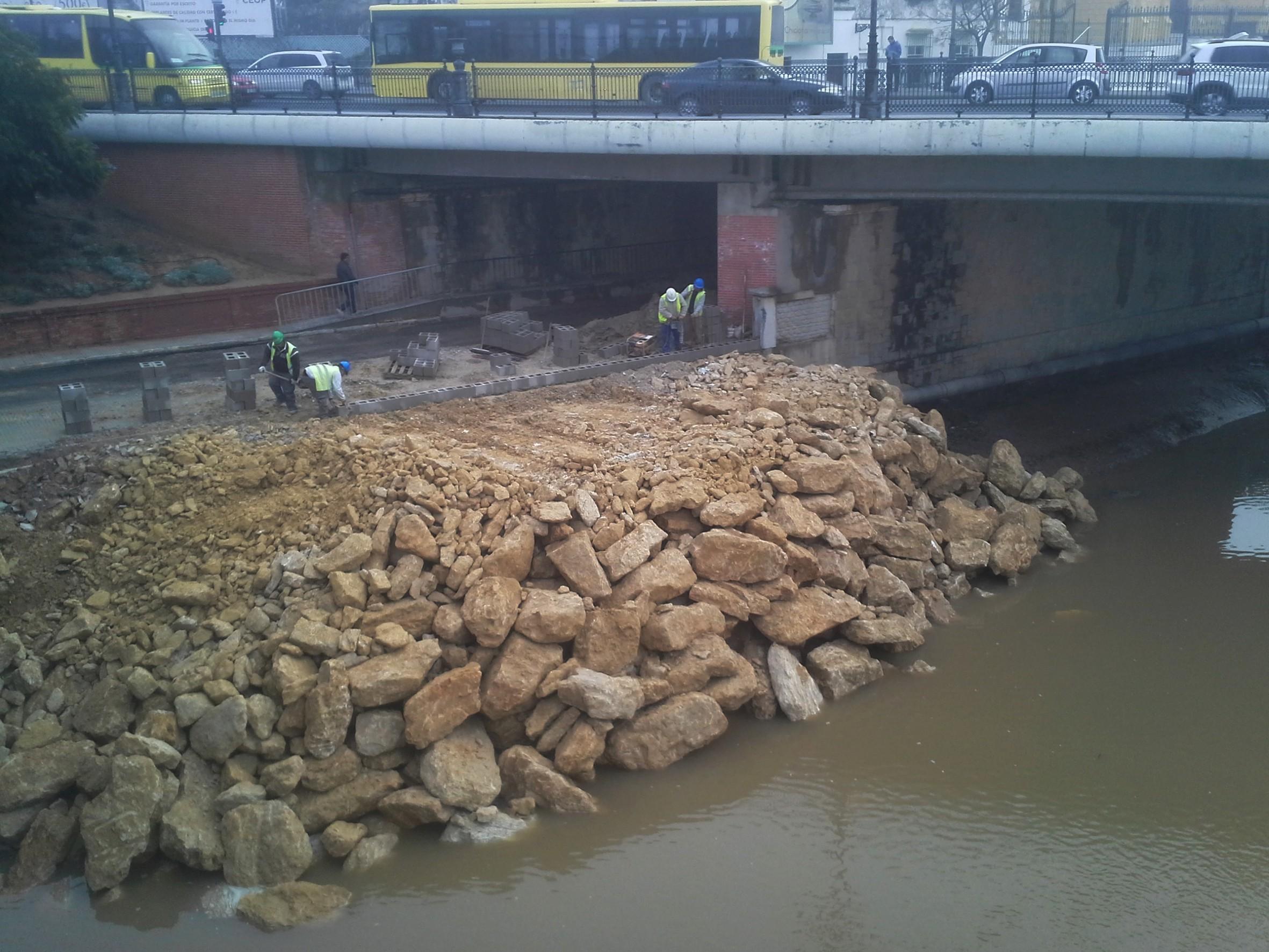 Trabajos de sellado del muro de contenci�n del cauce del r�o.