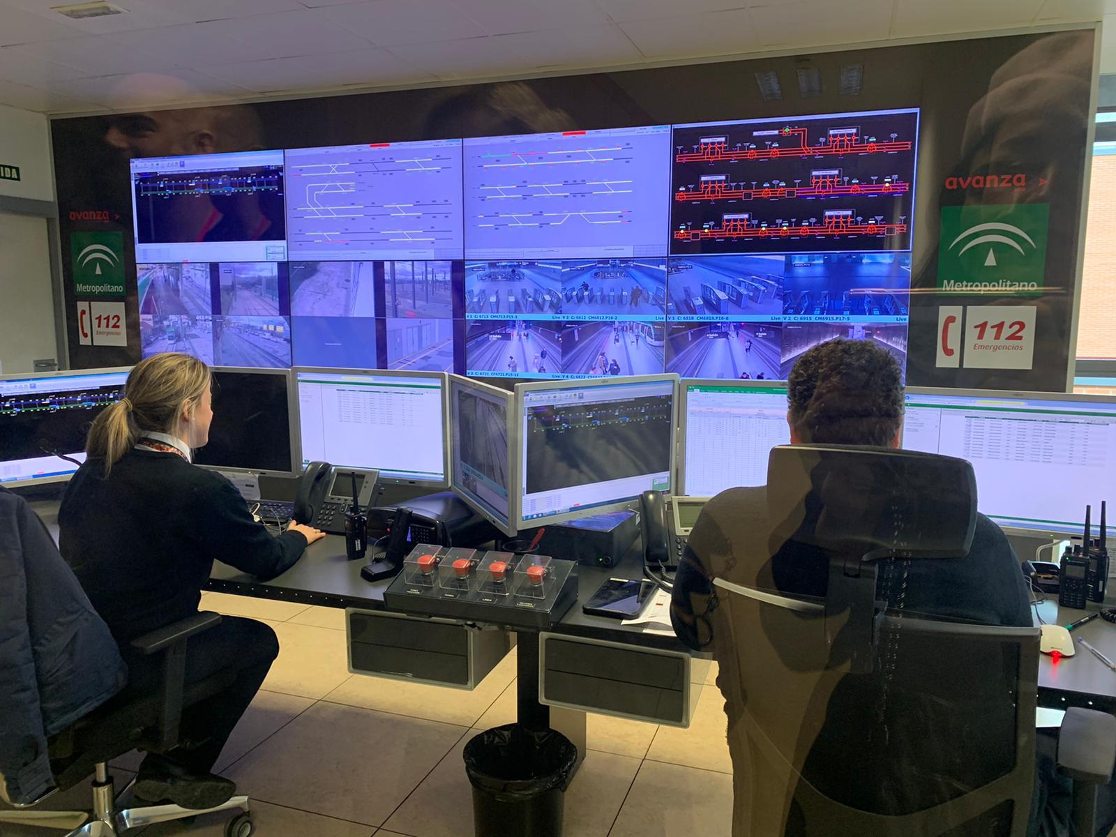 Personal de Operaciones del Metro de Granada durante el servicio
