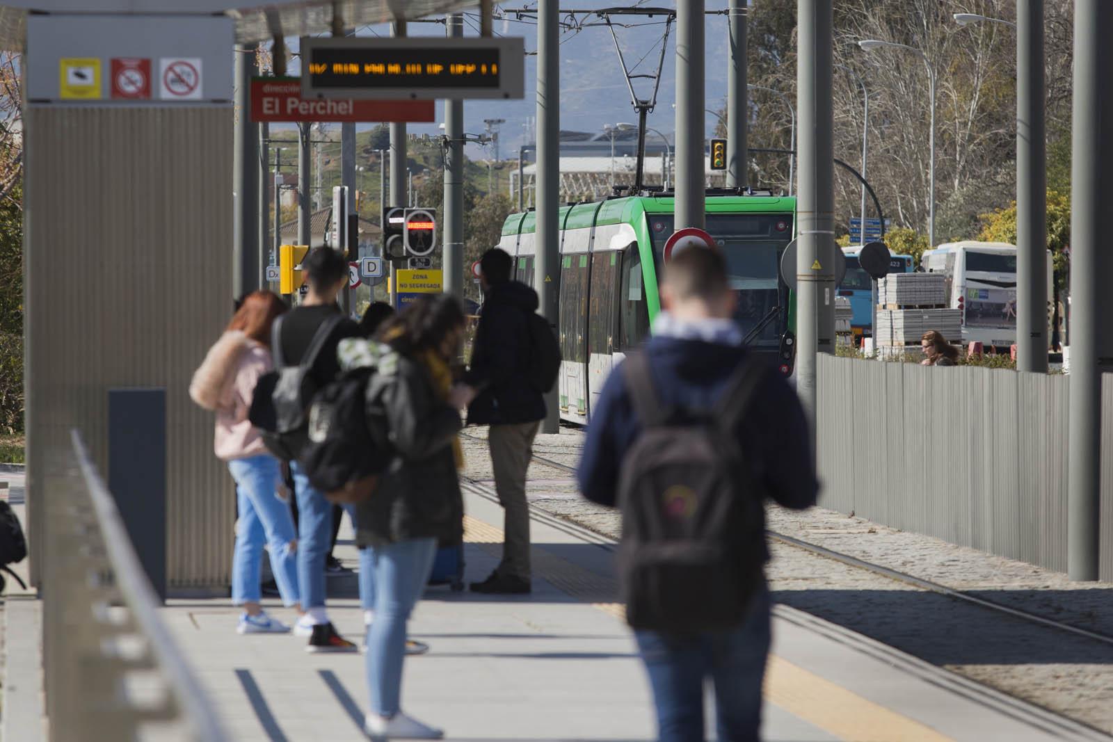 Usuarios de Metro de Metro de Málaga a la espera de poder acceder al servicio.