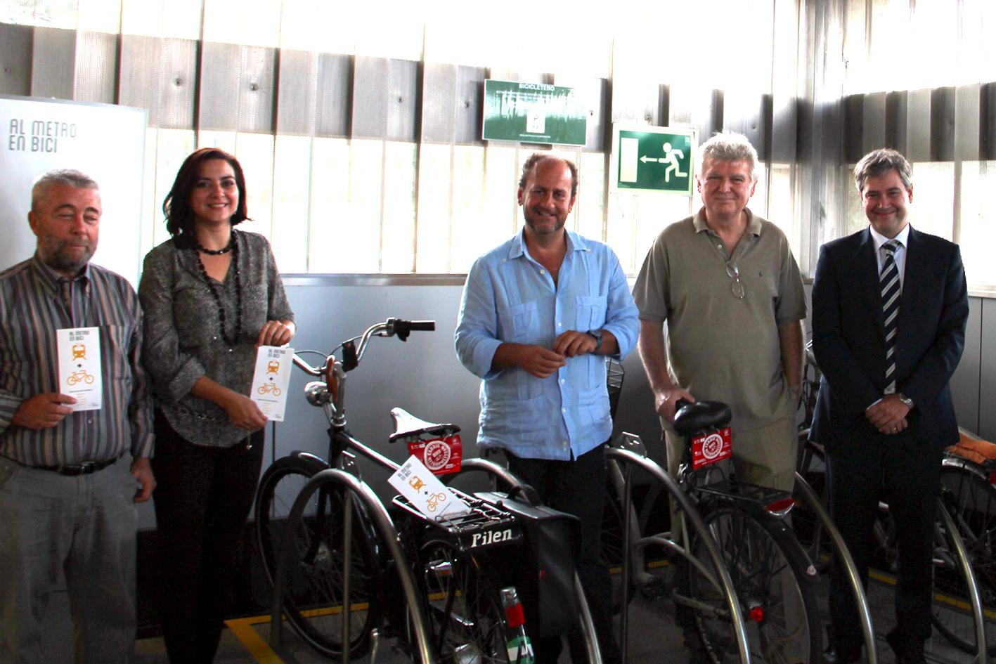 El viceconsejero de Fomento y Vivienda, Jos� Antonio Garc�a Cebri�n, acompa�ado por representantes de la consejer�a y Metro de Sevilla durante la presentaci�n de las instalaciones.