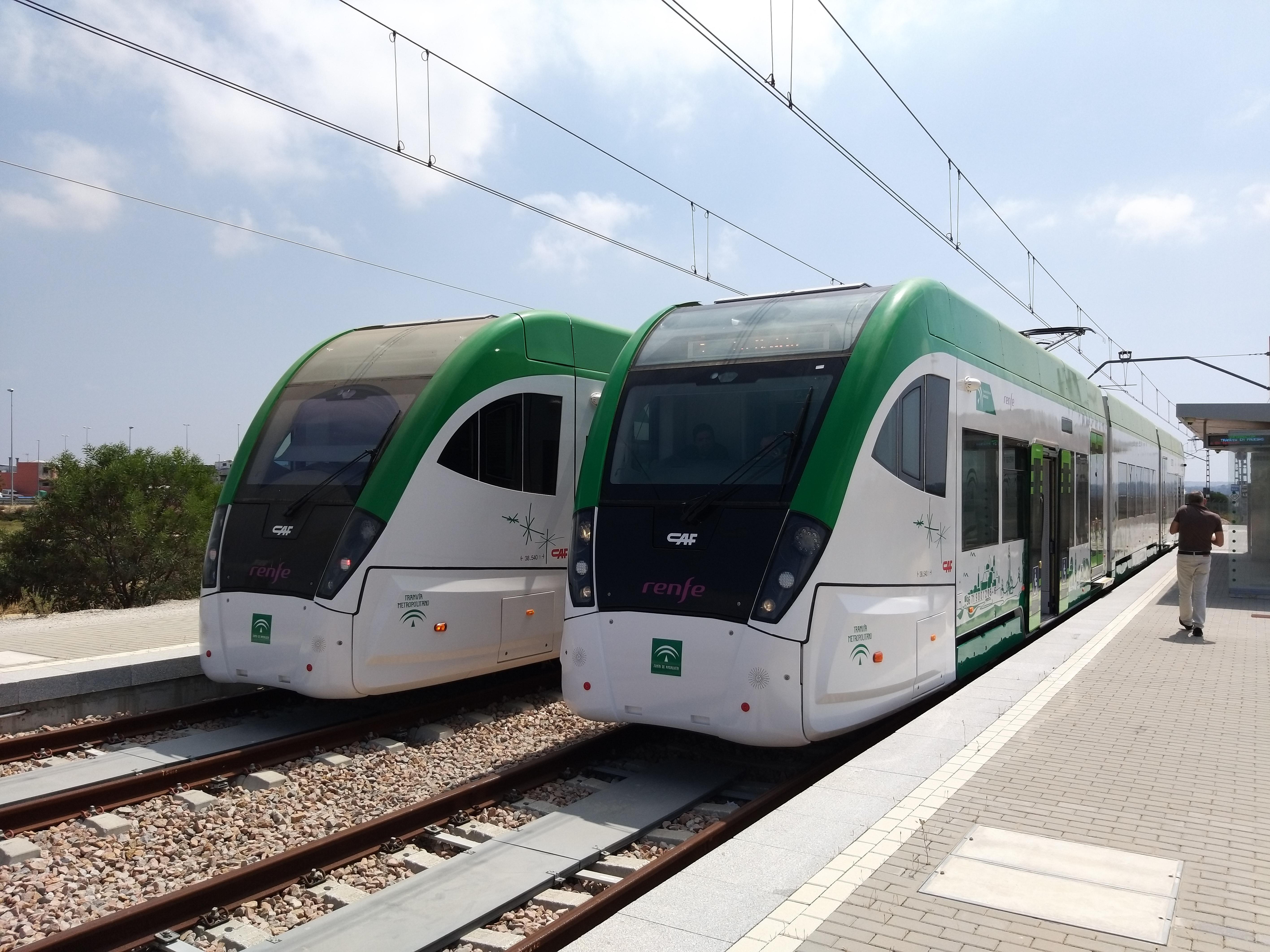 Unidades del tren tranvía en pruebas dinámicas por el tranzado tranviario.