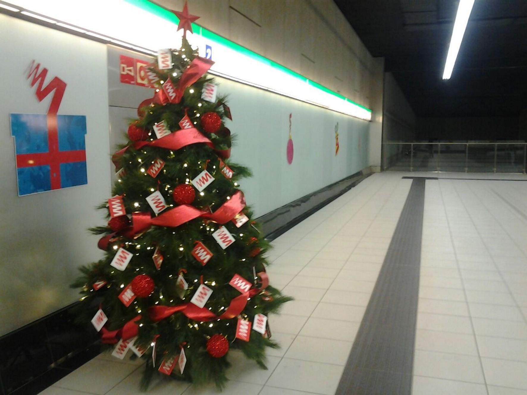 Adornos navide�os en las estaciones de metro de M�laga.