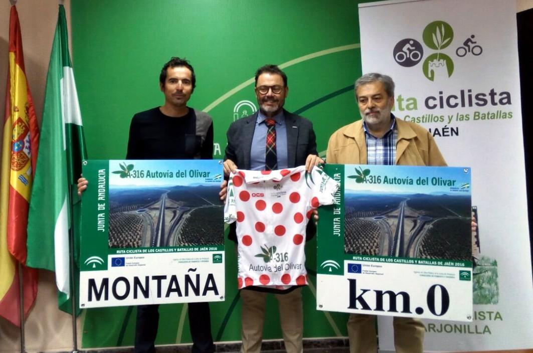 El delegado provincial de Fomento en Jaén con el maillot de montaña de la Autovía del Olivar.