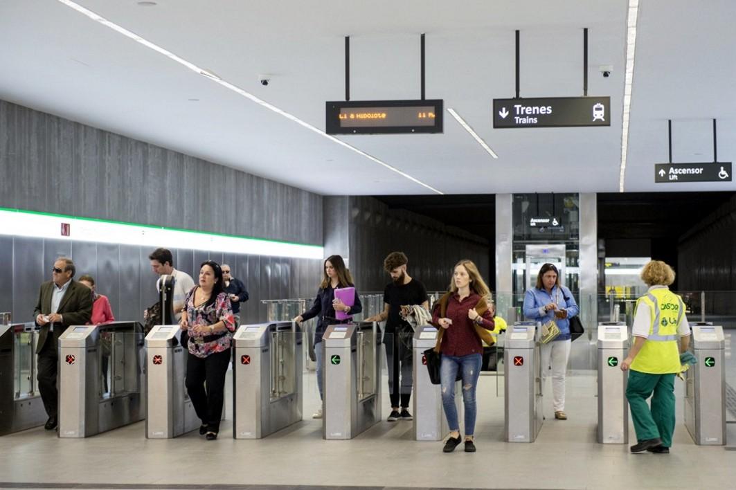 Usuarios del metro de Granada.