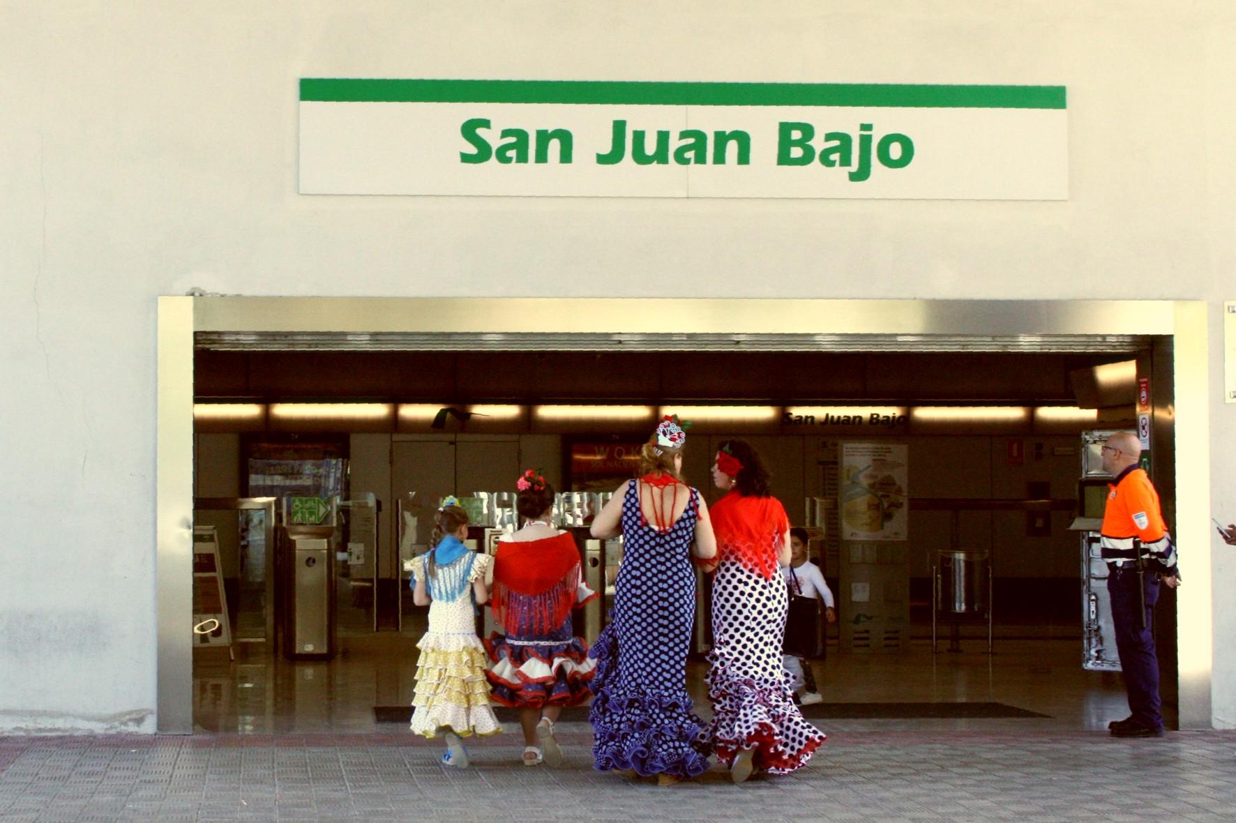 Los sevillanos dejan el coche en el parking de San Juan Bajo para llegar al recinto ferial en metro.