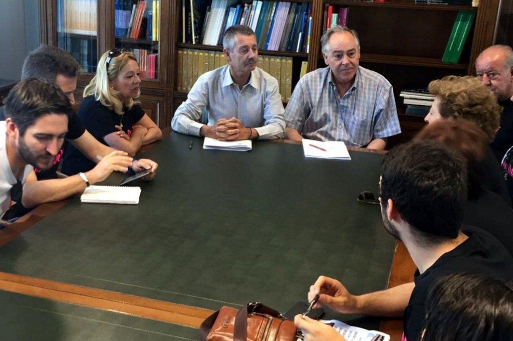 El director gerente de AOPJA durante el encuentro en Sevilla con representantes de la plataforma y representantes municipales.