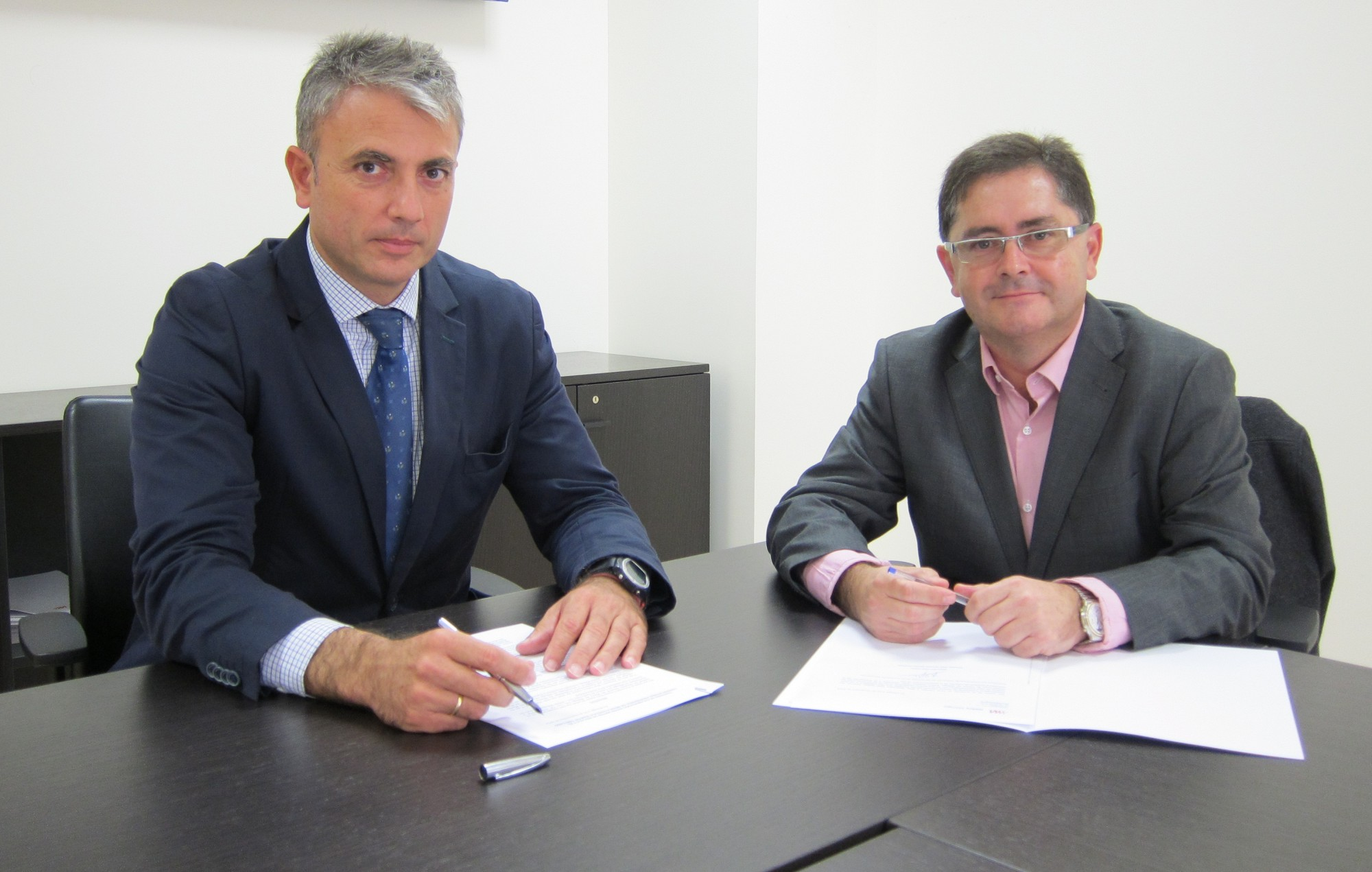 el director general de Metro de M�laga, Fernando Lozano, y el director del Conservatorio, Alejandro D�az firman un acuerdo de colaboraci�n.