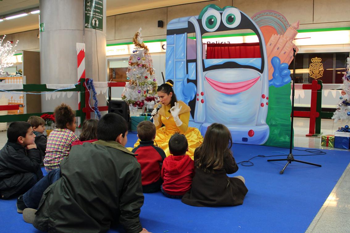 Metro de Sevilla organiza por navidad actividades con niños en Puerta Jerez.