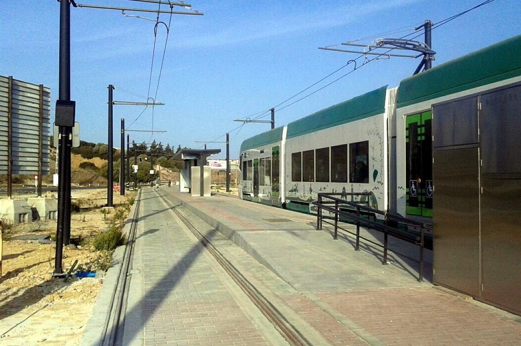 El tranvía de la Bahía de Cádiz en la parada de La Ardila, junto a la futura subestación de Janer.