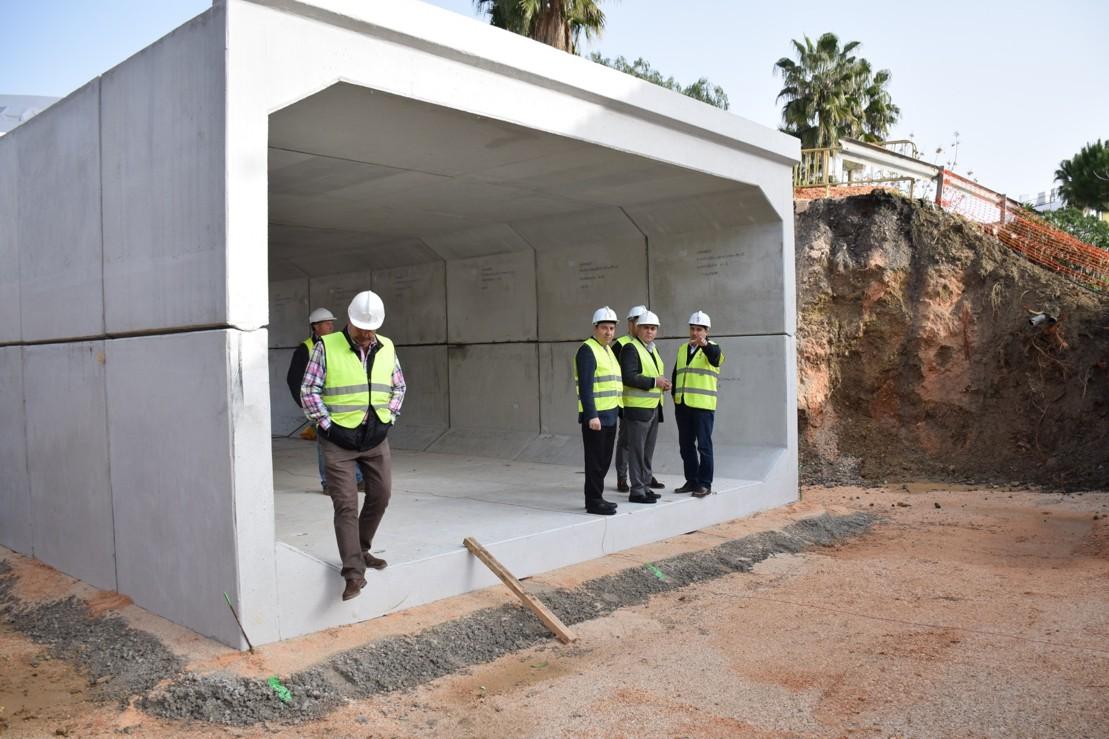 Los responsables públicos visitan las obras de emergencias en la Estación de Cártama.