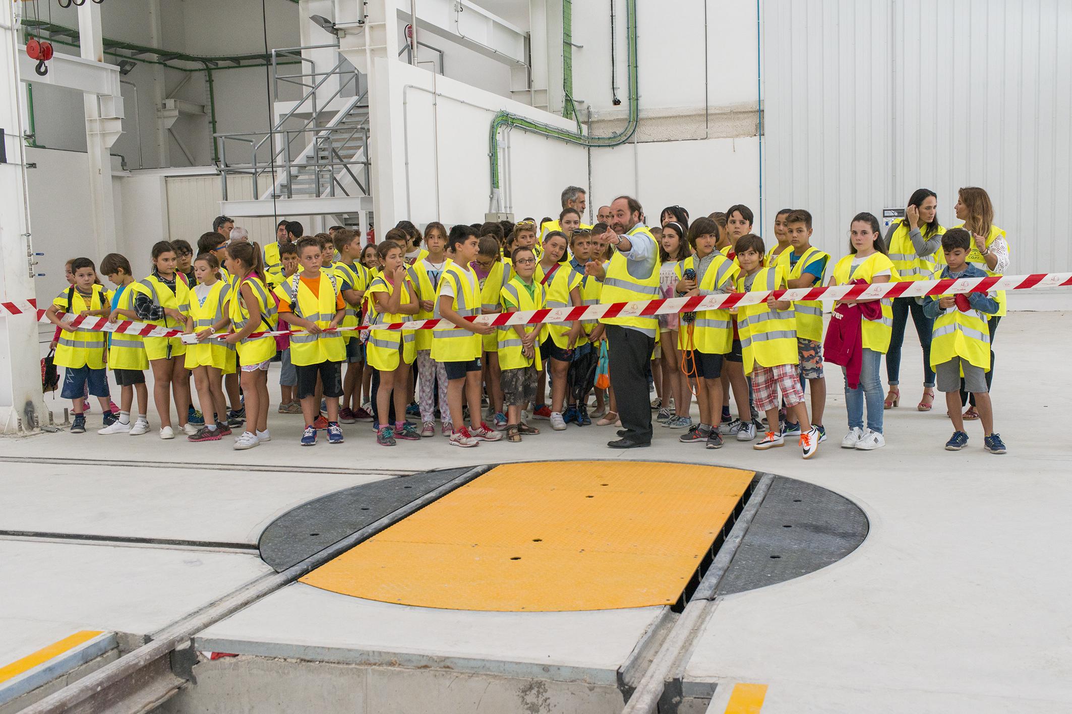 Grupo de alumnos durante la exposici�n en Talleres y Cocheras.