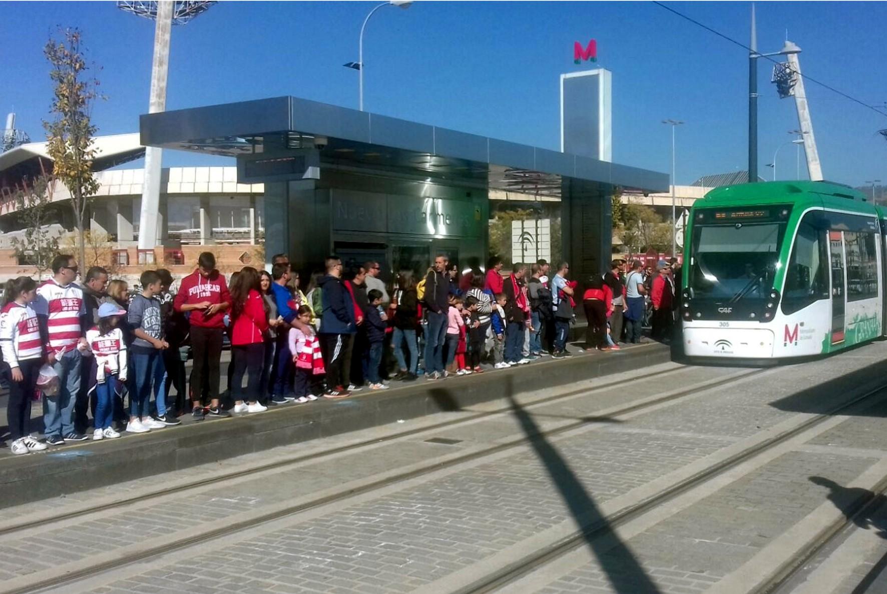 Usuarios del Metro de Granada asisten a un partido de la temporada pasada del Granada FC