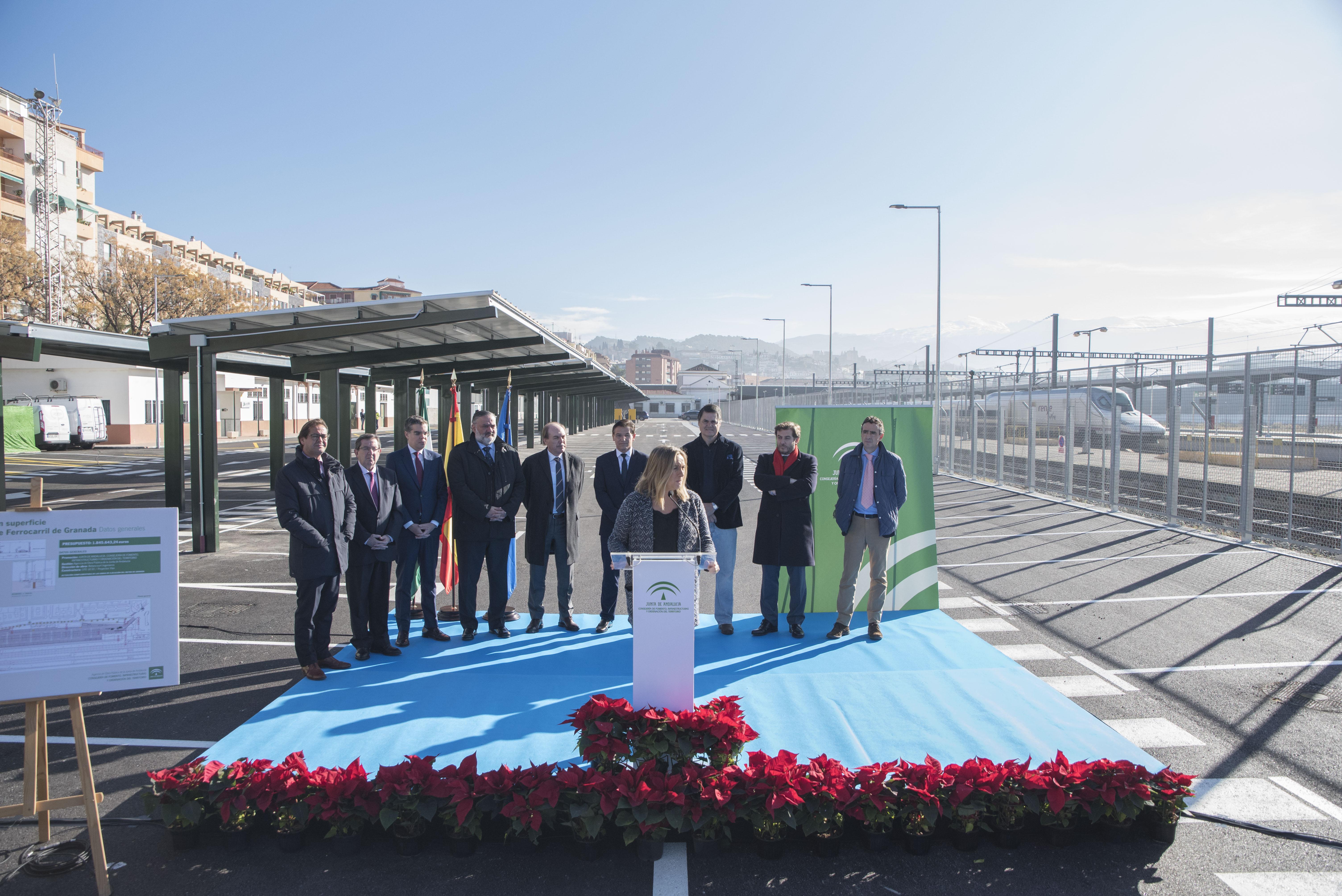 La consejera de Fomento y el alcalde de Granada, junto al resto de autoridades durante el acto.