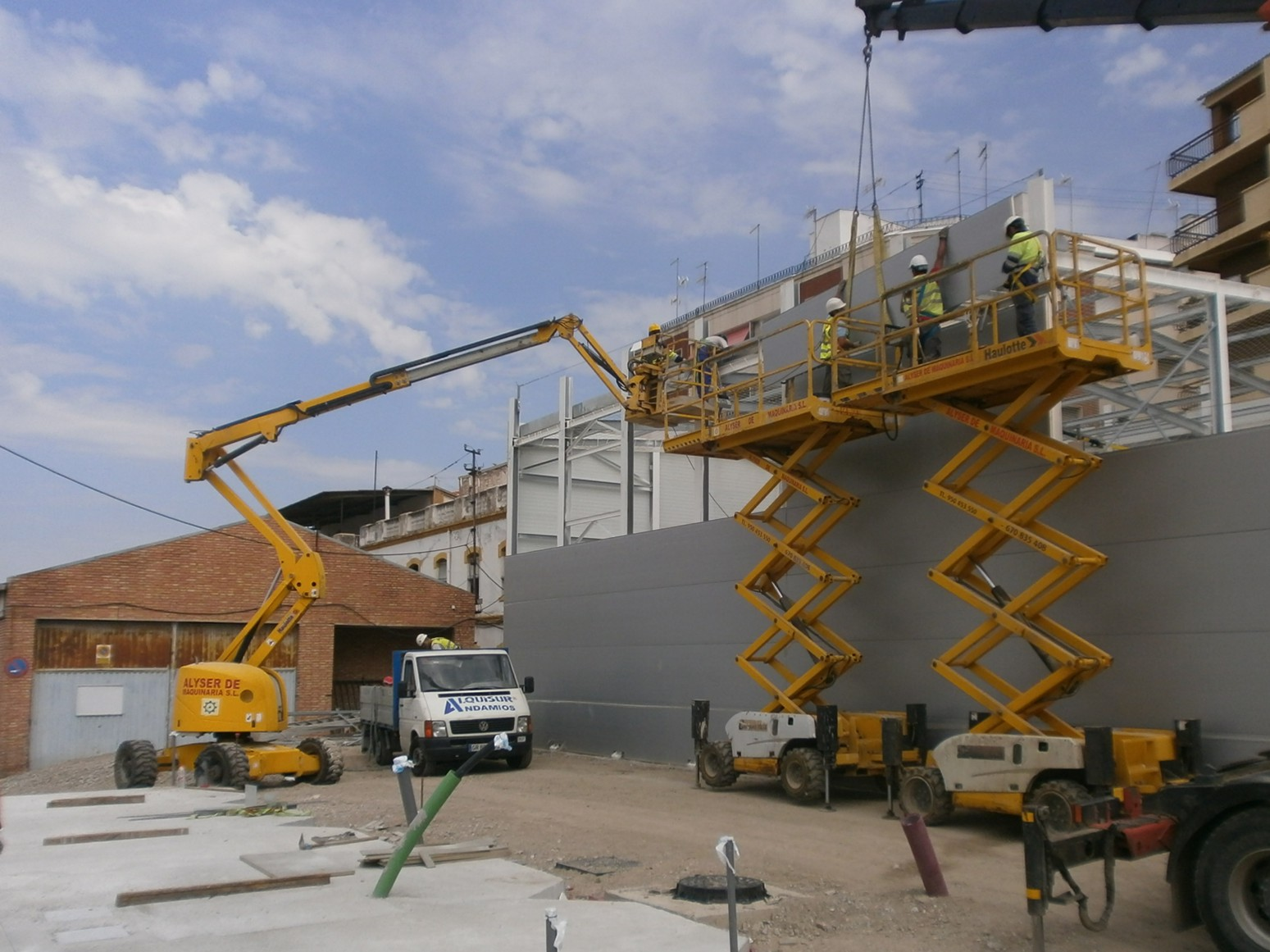 Imagen de los primeros edificios modulares instalados para alojar al personal de ADIF.