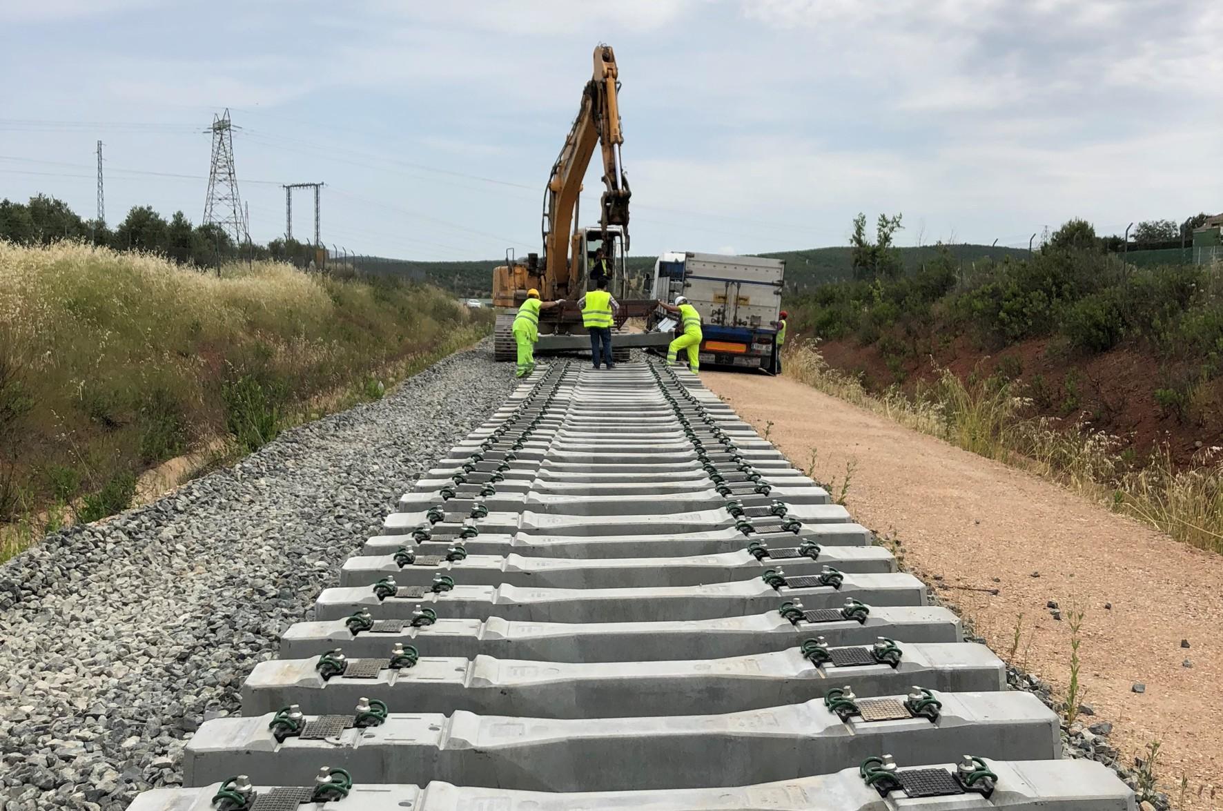 Colocación de las primeras traviesas en la línea de Vadollano - Linares.