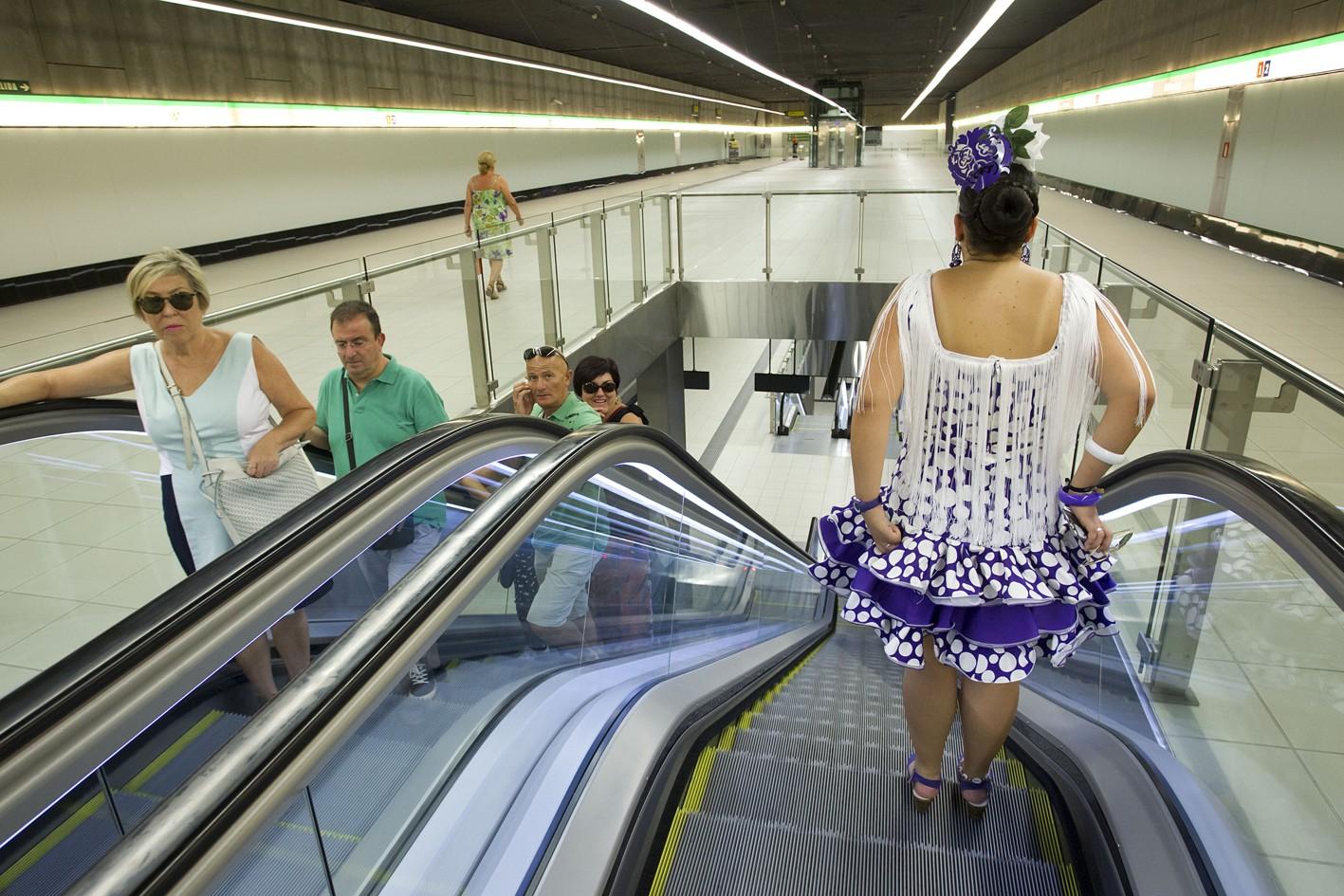 Usuarios de metro de M�laga durante la semana de Feria.