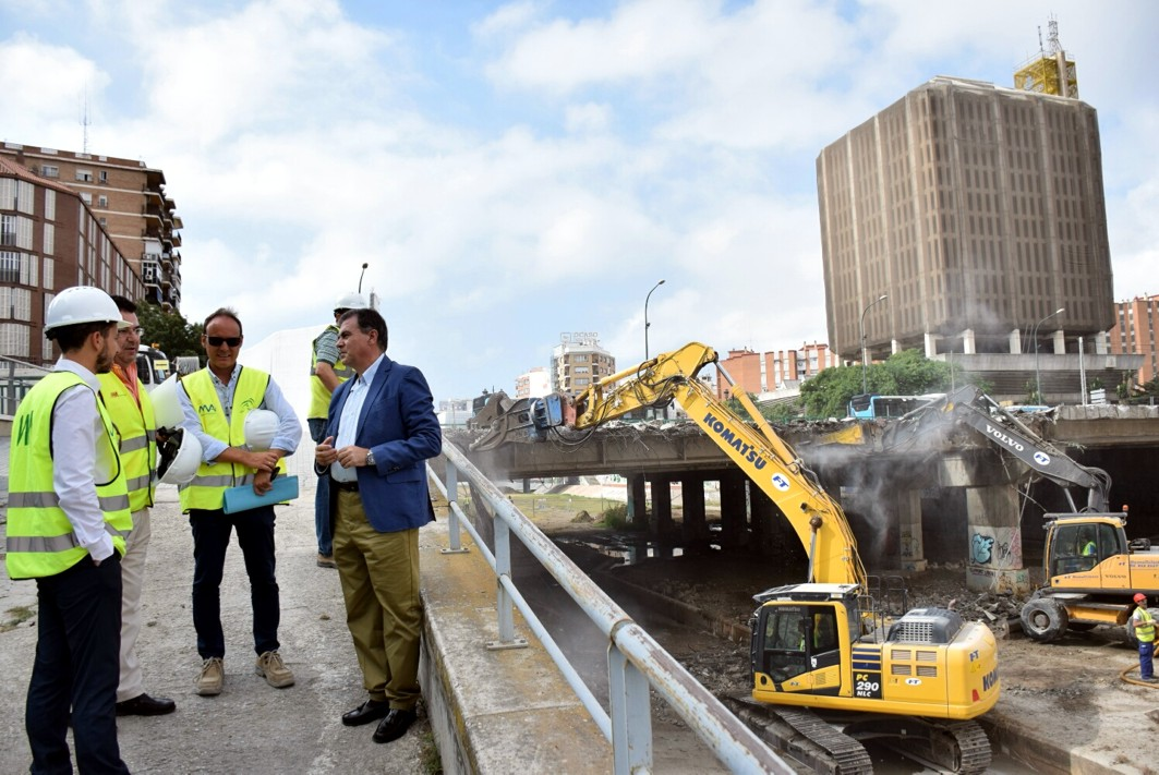 Responsables p�blicos supervisan las obras de demolici�n del puente.