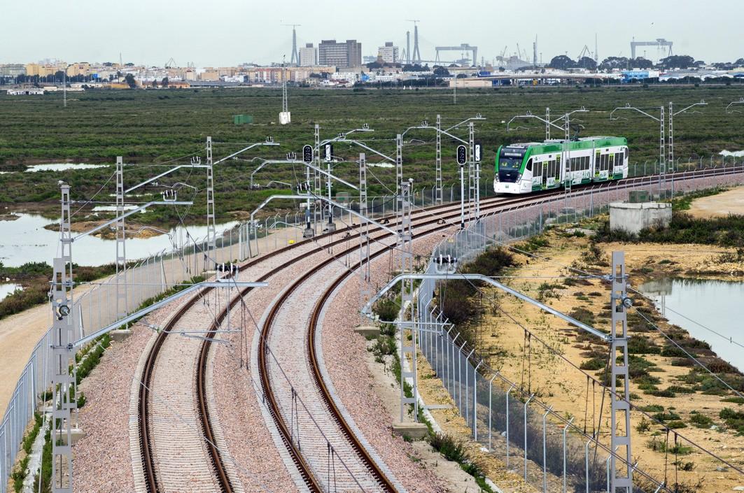 Fomento prepara con medidas de seguridad la electrificaci�n de la catenaria del tren tranv�a de la Bah�a de C�diz
