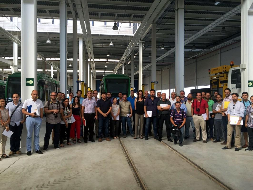 Un grupo de empresas visita las instalaciones de talleres y cocheras de metro de Granada.