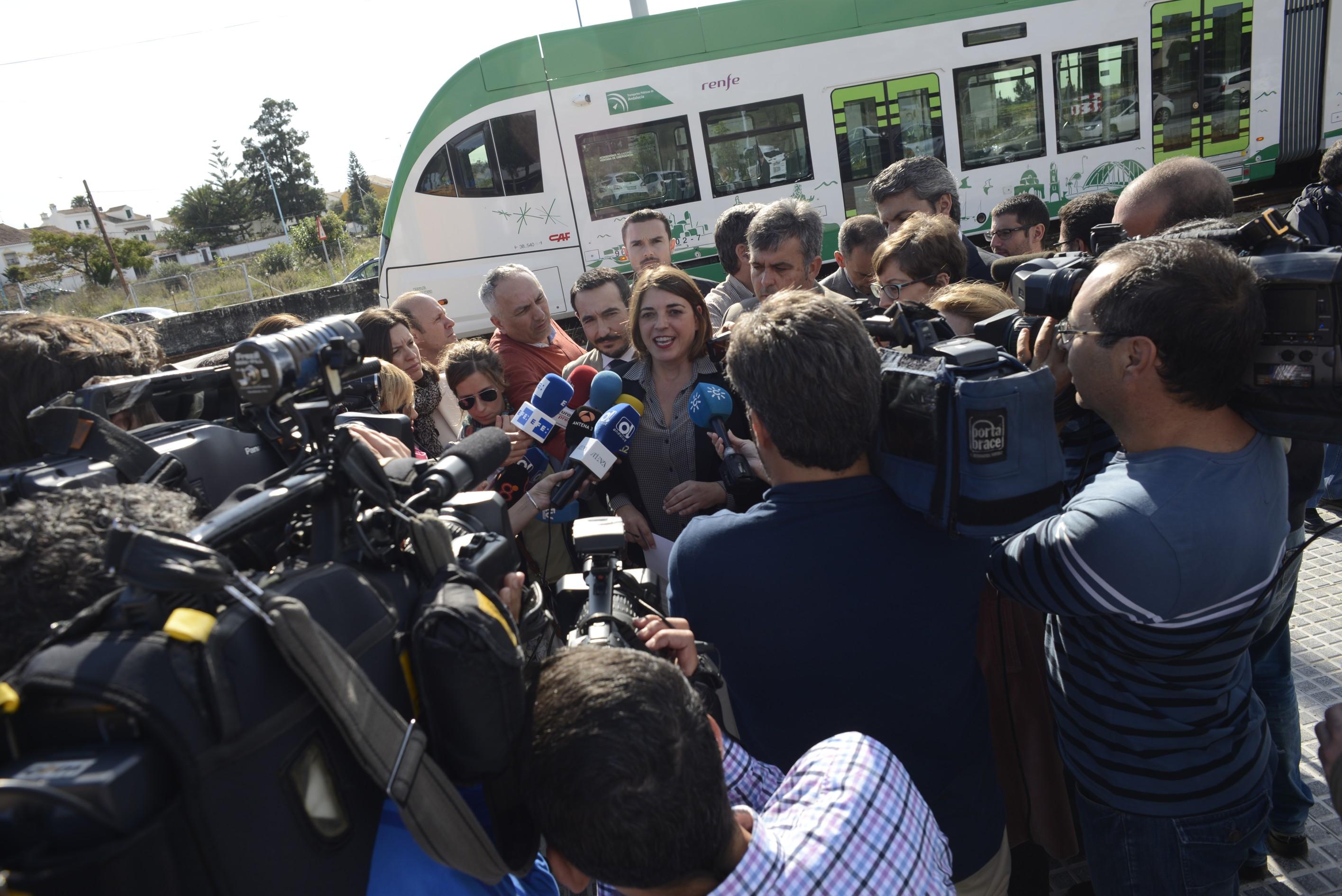La consejera atiende a los medios justo despu�s de realizar el recorrido.