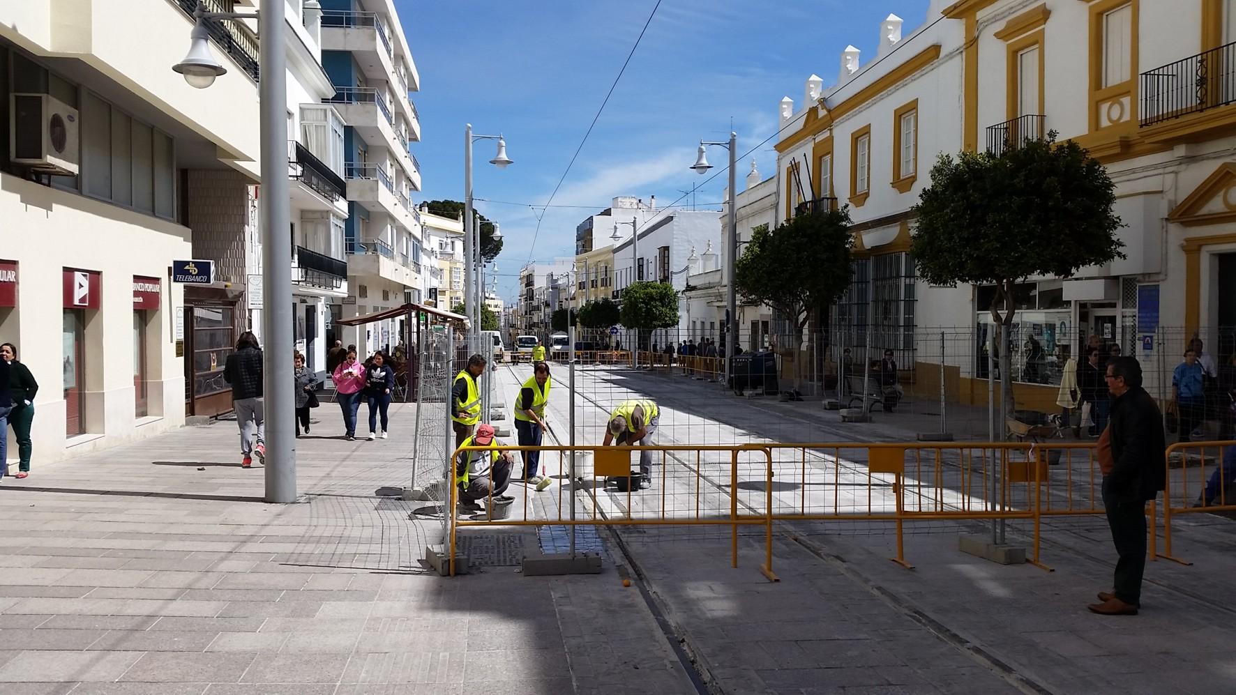 �ltimos trabajos en la calle Real antes de la Semana Santa.
