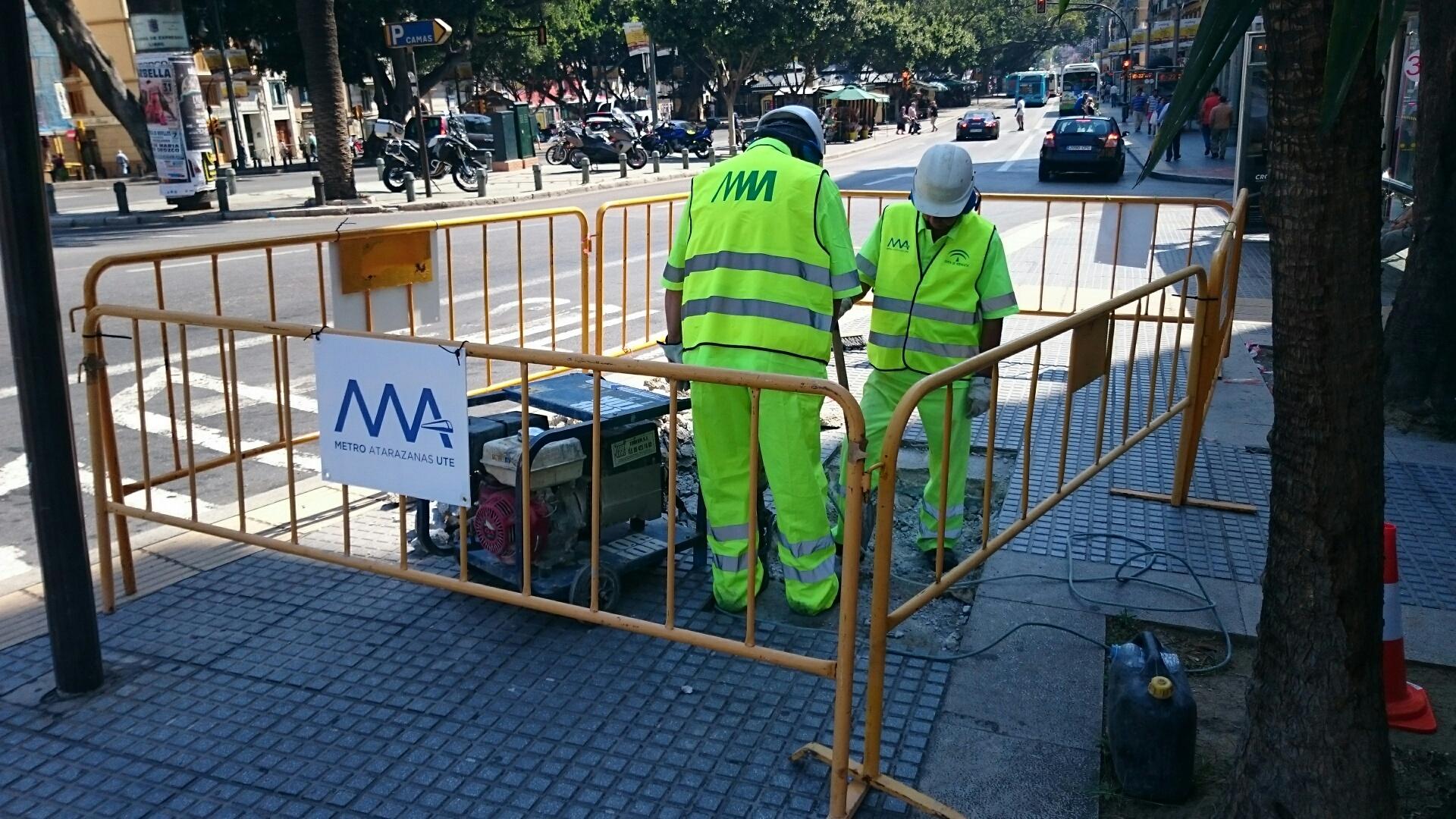 Primeros trabajos de localizaci�n, a trav�s de catas, de las redes de suministro y saneamiento urbano coincidentes con el trazado