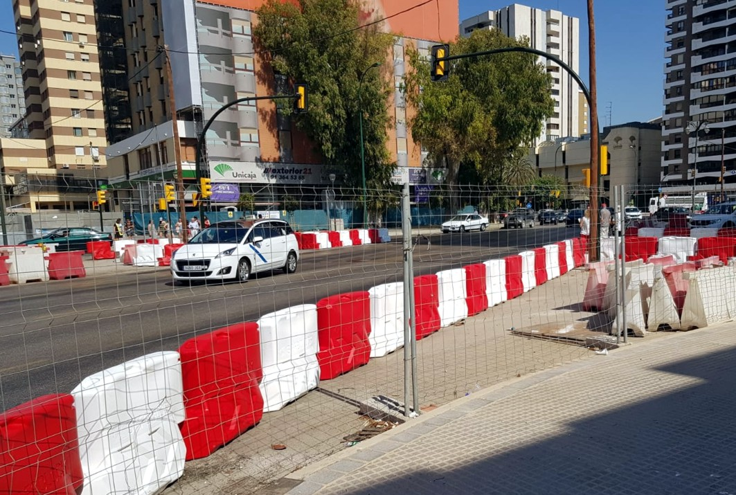 La consejería sustituye las nuevas barreras por las anteriores deterioradas.