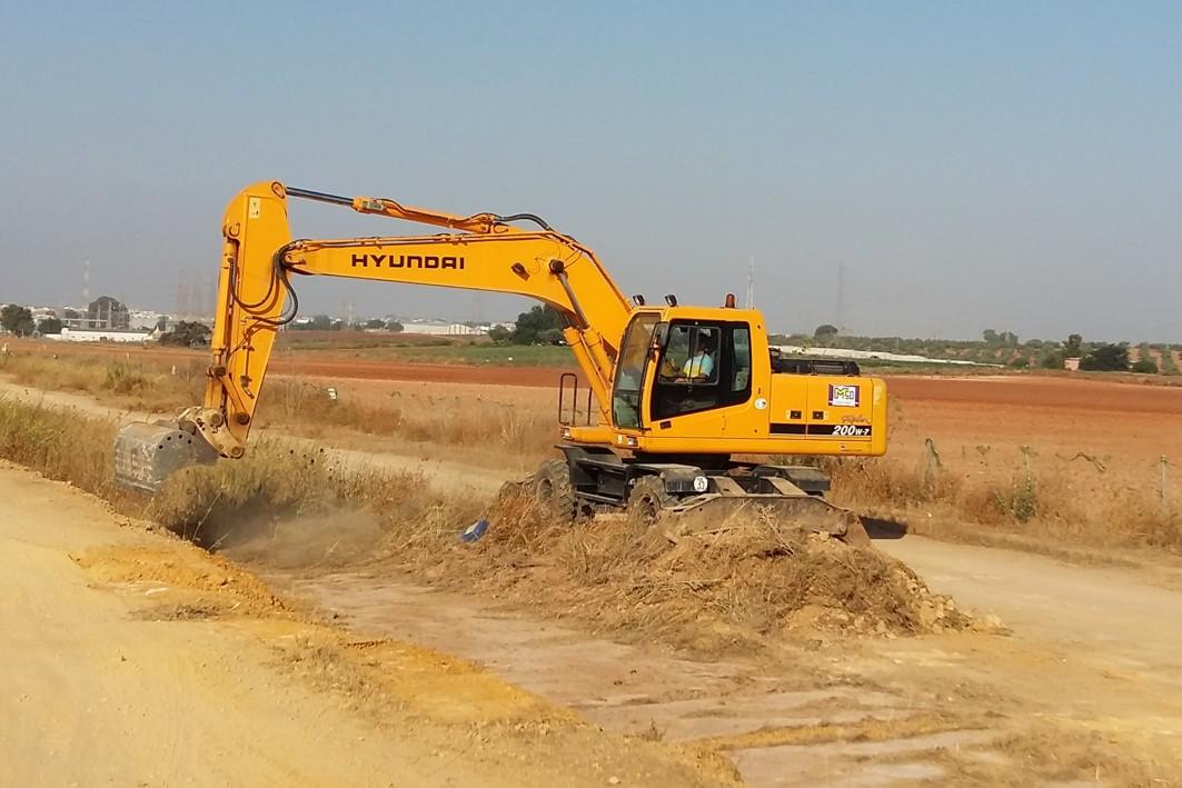Primeras m�quinas excavadoras en la zona de obras de la A-392 Alcal� - Dos Hermanas.