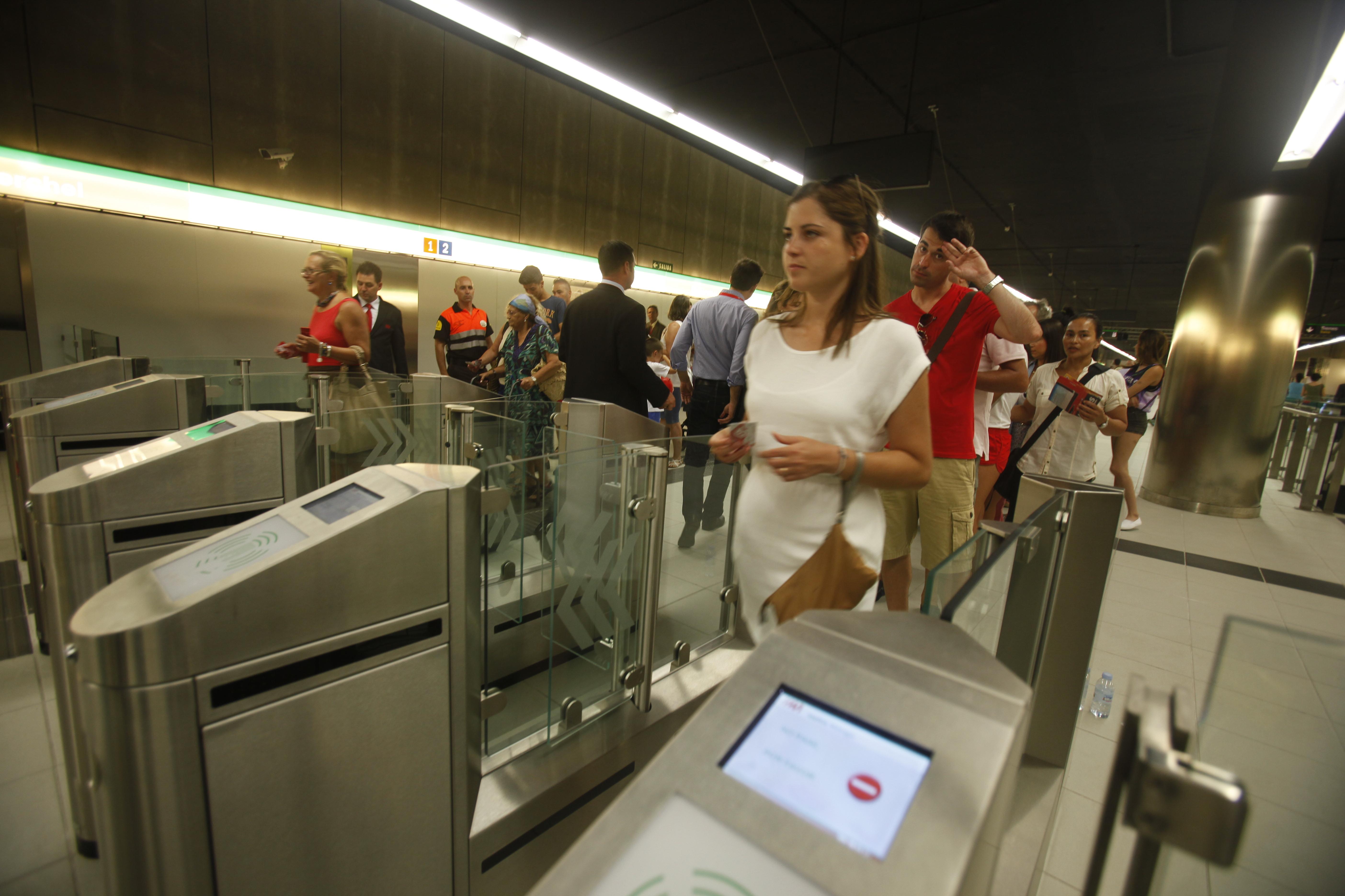 Usuarios de metro de M�laga pasan los tornos con los t�tulos de viaje.