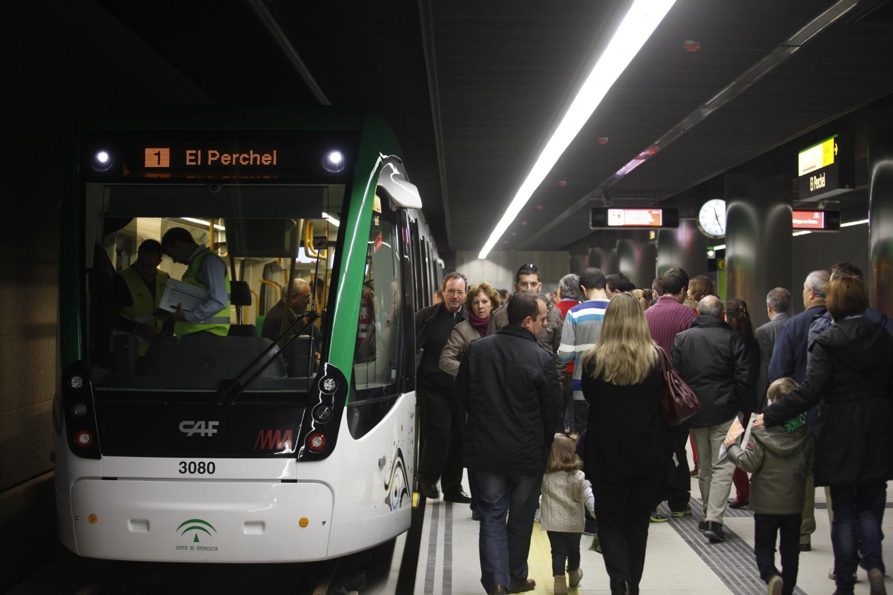 Usuarios de metro de Málaga.