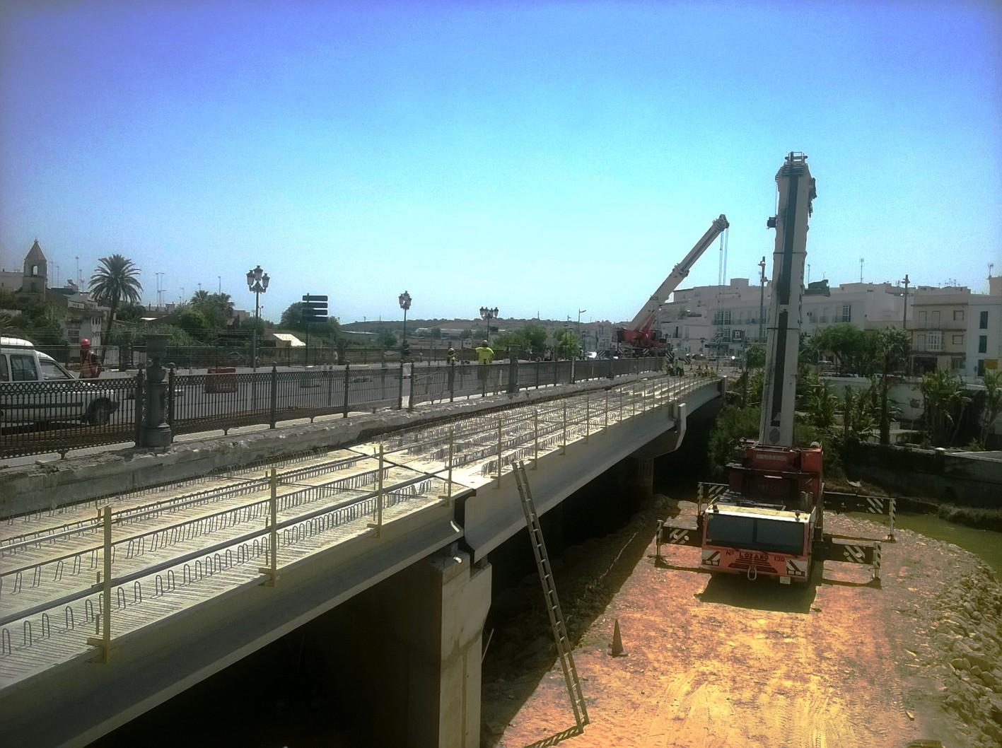 La Junta ha completado de colocar el ala de ampliaci�n de la estructura del puente de Los Remedios.