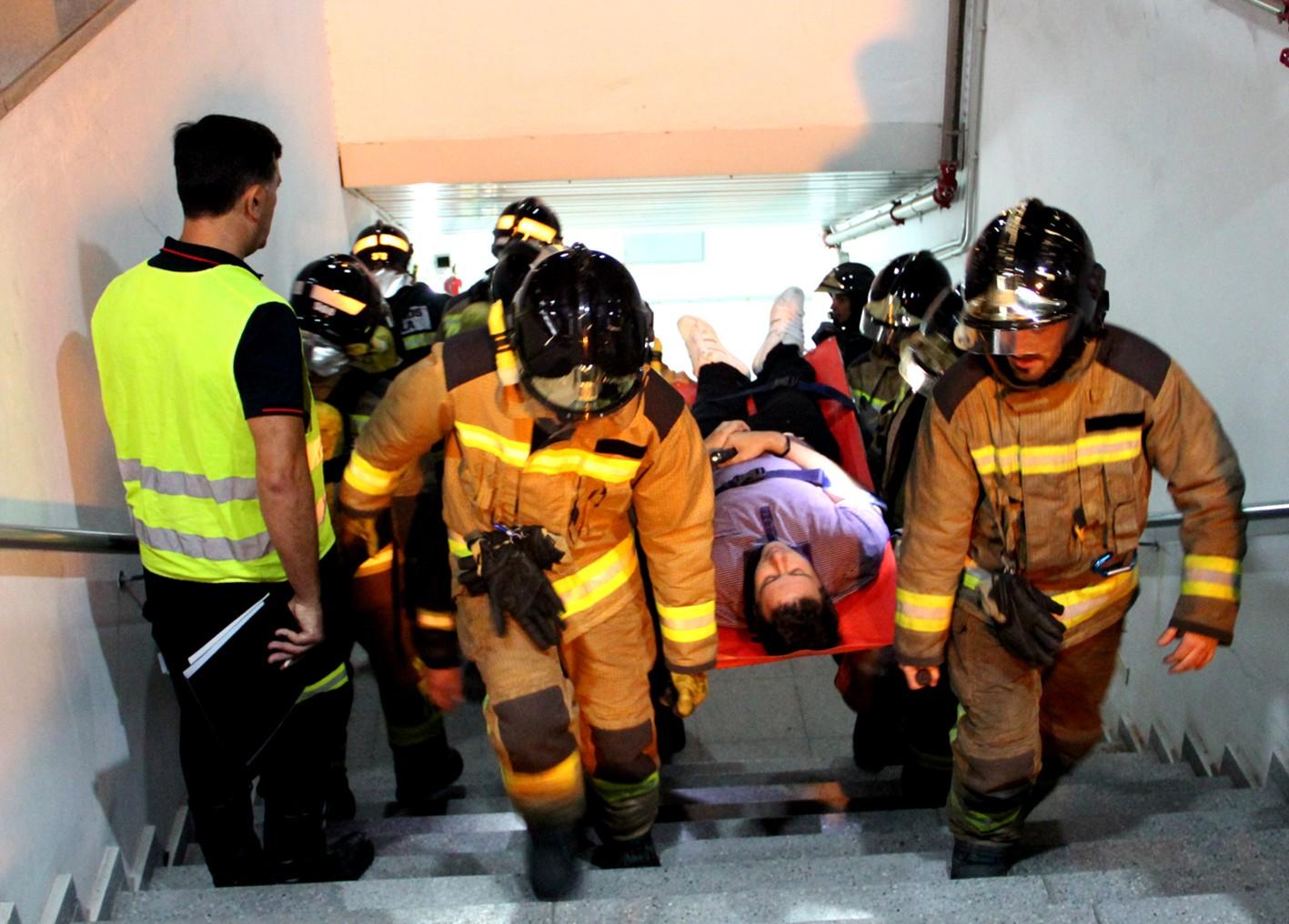 Los efectivos de emergencias simulan la detenci�n de un tren en el t�nel con presencia de humo.