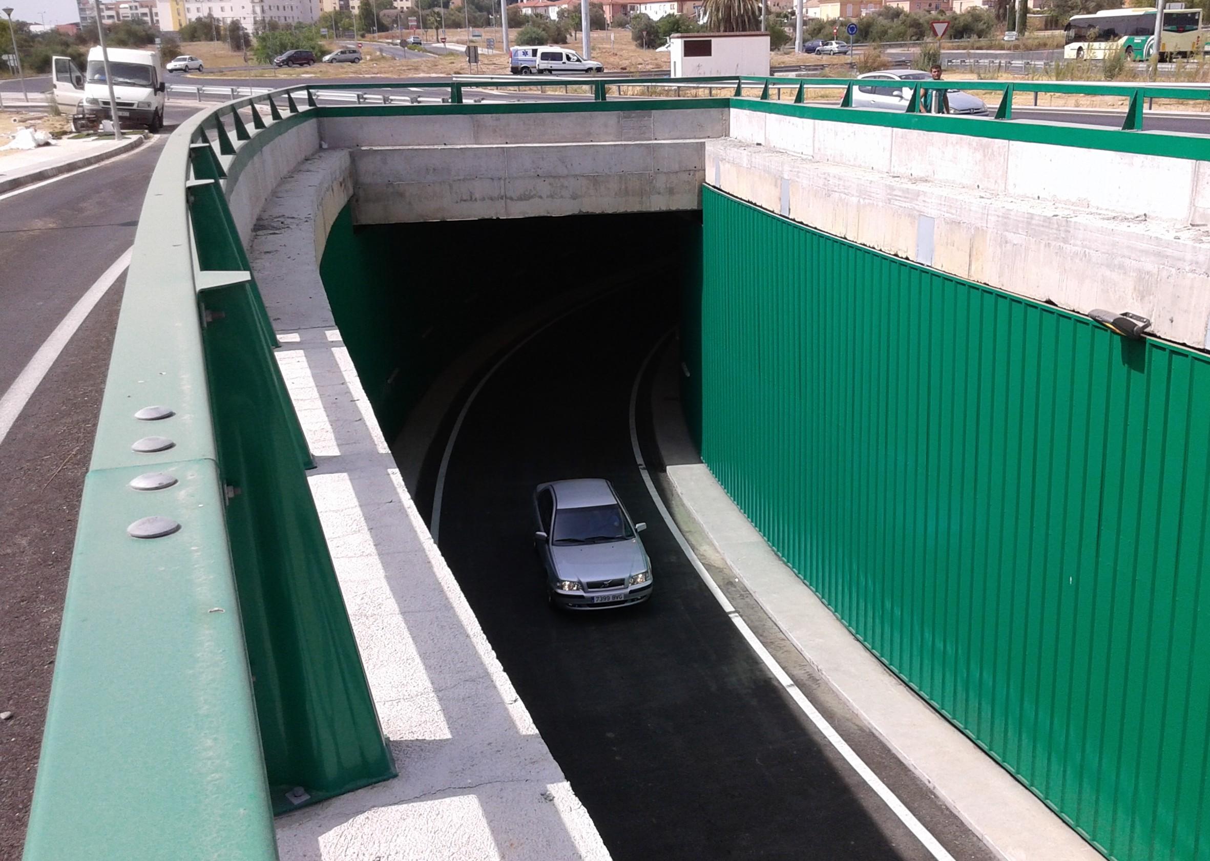 El paso bajo la glorieta de la A-8057 es unidireccional sentido Sevilla.
