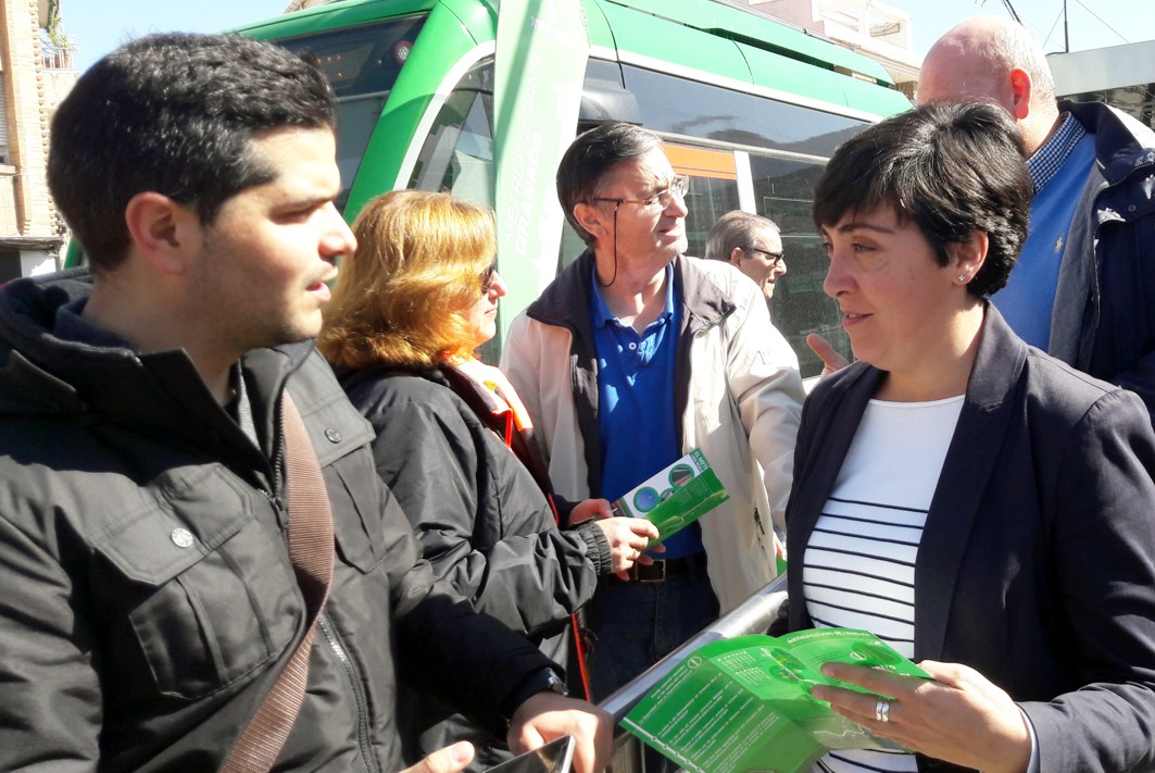 La delegada territorial, durante una campaña de seguridad vial en Armilla.
