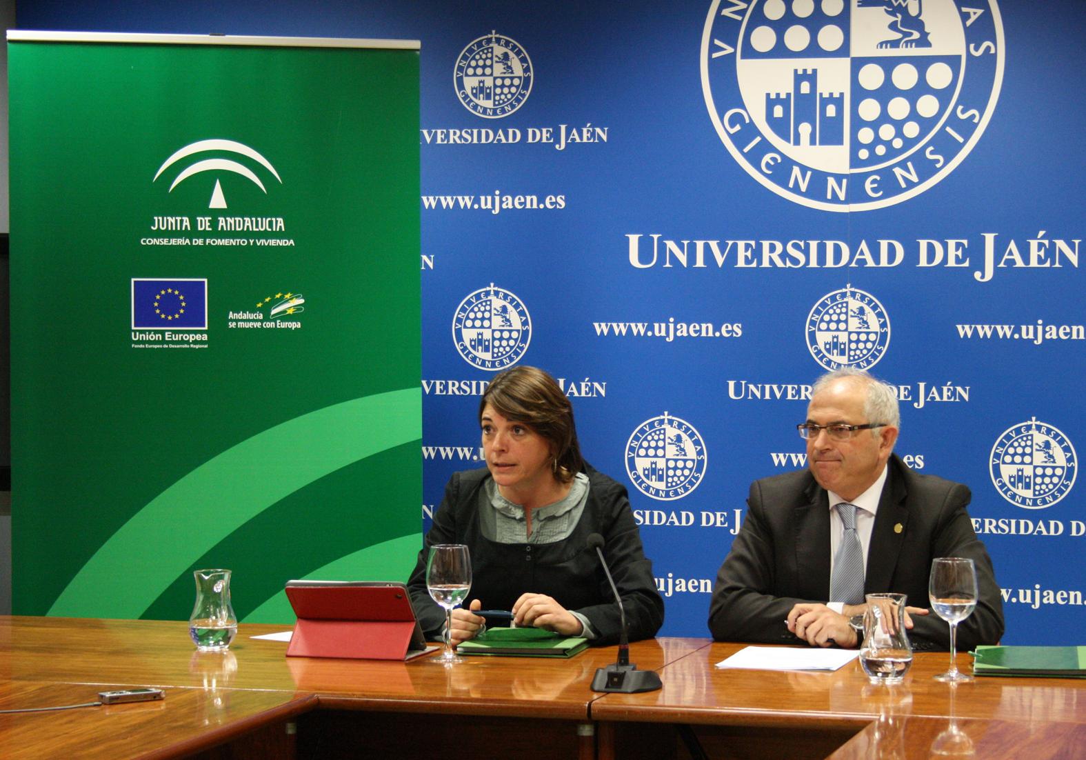 La consejera y el rector de la Universidad de Jaén, en el acto de firma del convenio.