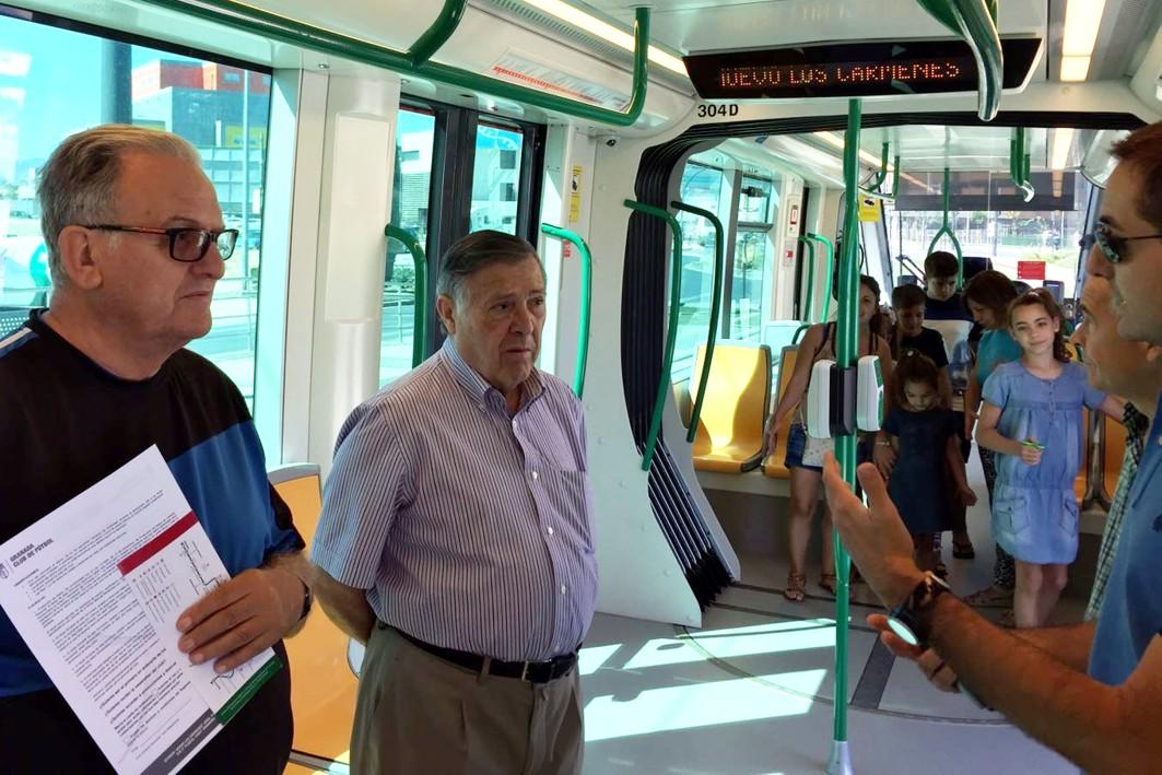 Vecinos del Zaidín vivitan el metro de Granada.